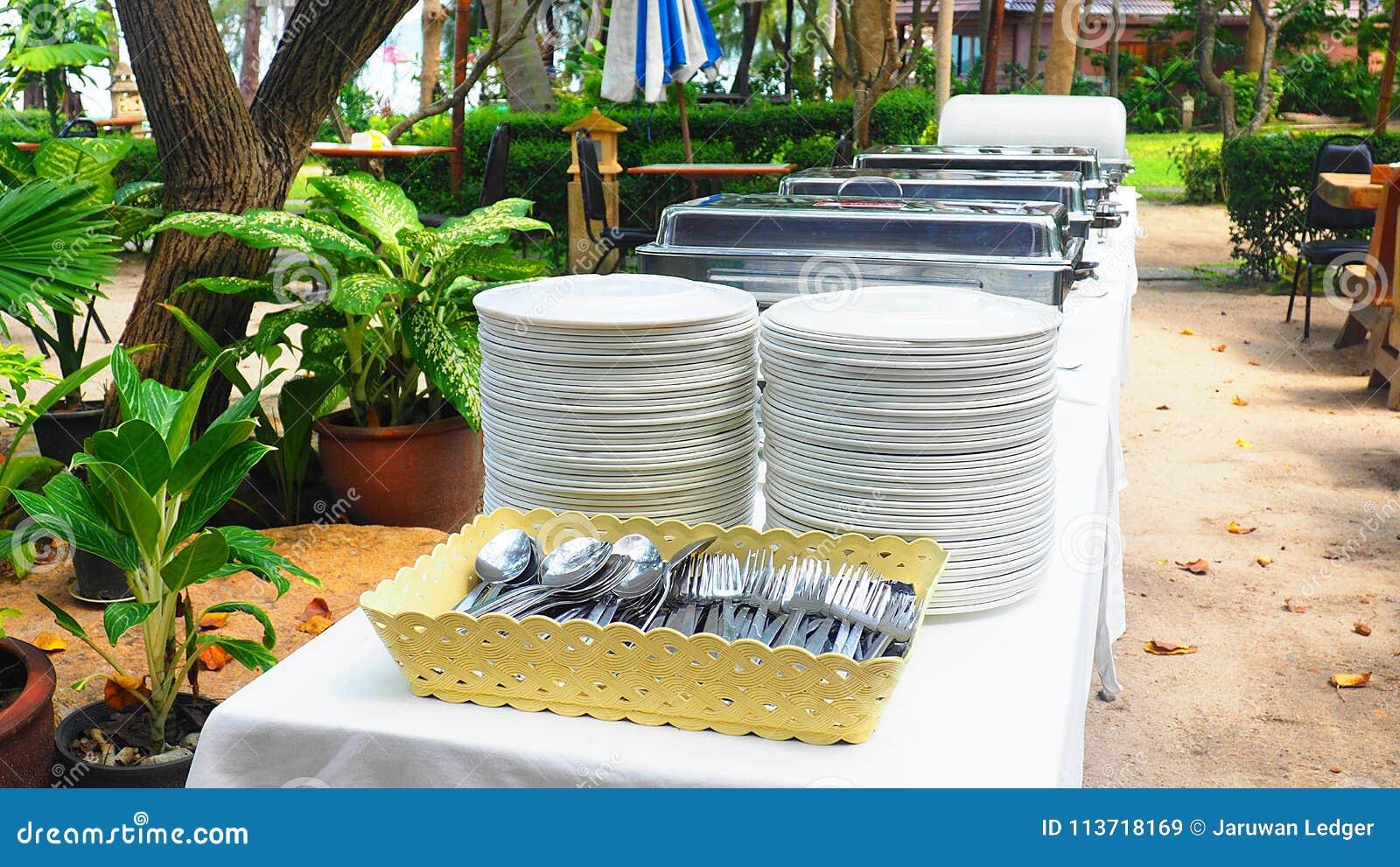 Narządzanie bufeta stół z karmowymi tacami, naczynia, łyżki i rozwidlenia dla lunchu, bawimy się