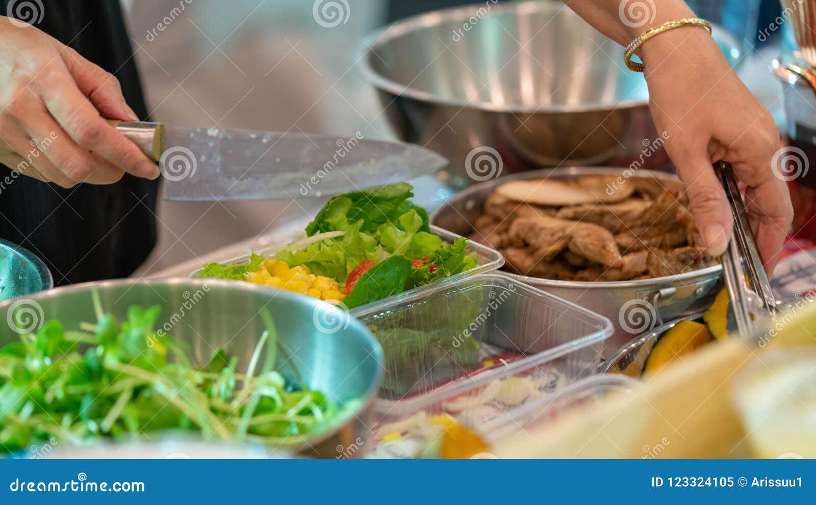 Narządzanie I ułożenie sałatki bufet