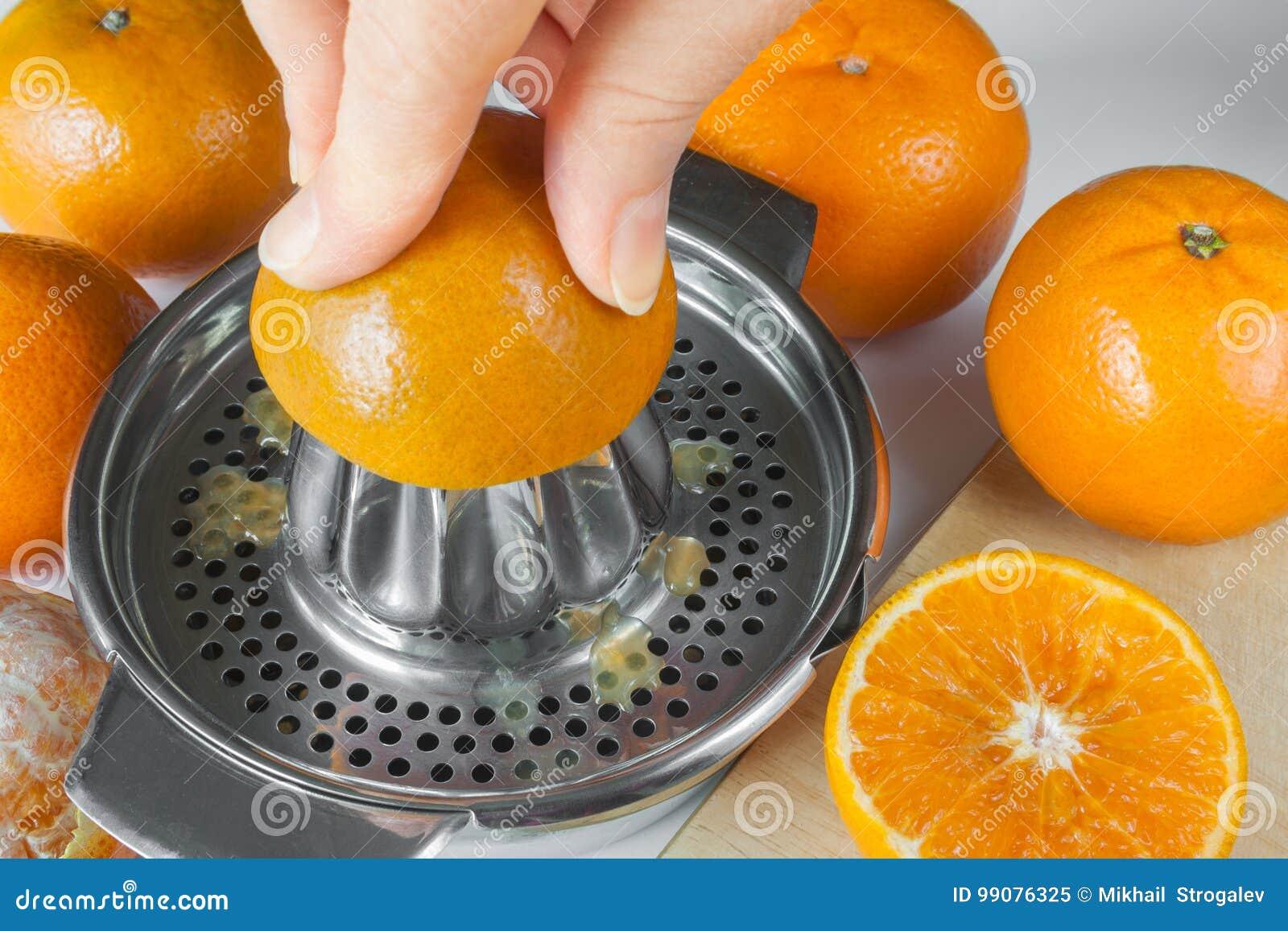 Narządzanie mandarynka sok, ręki gniesie sok na ręcznym jui