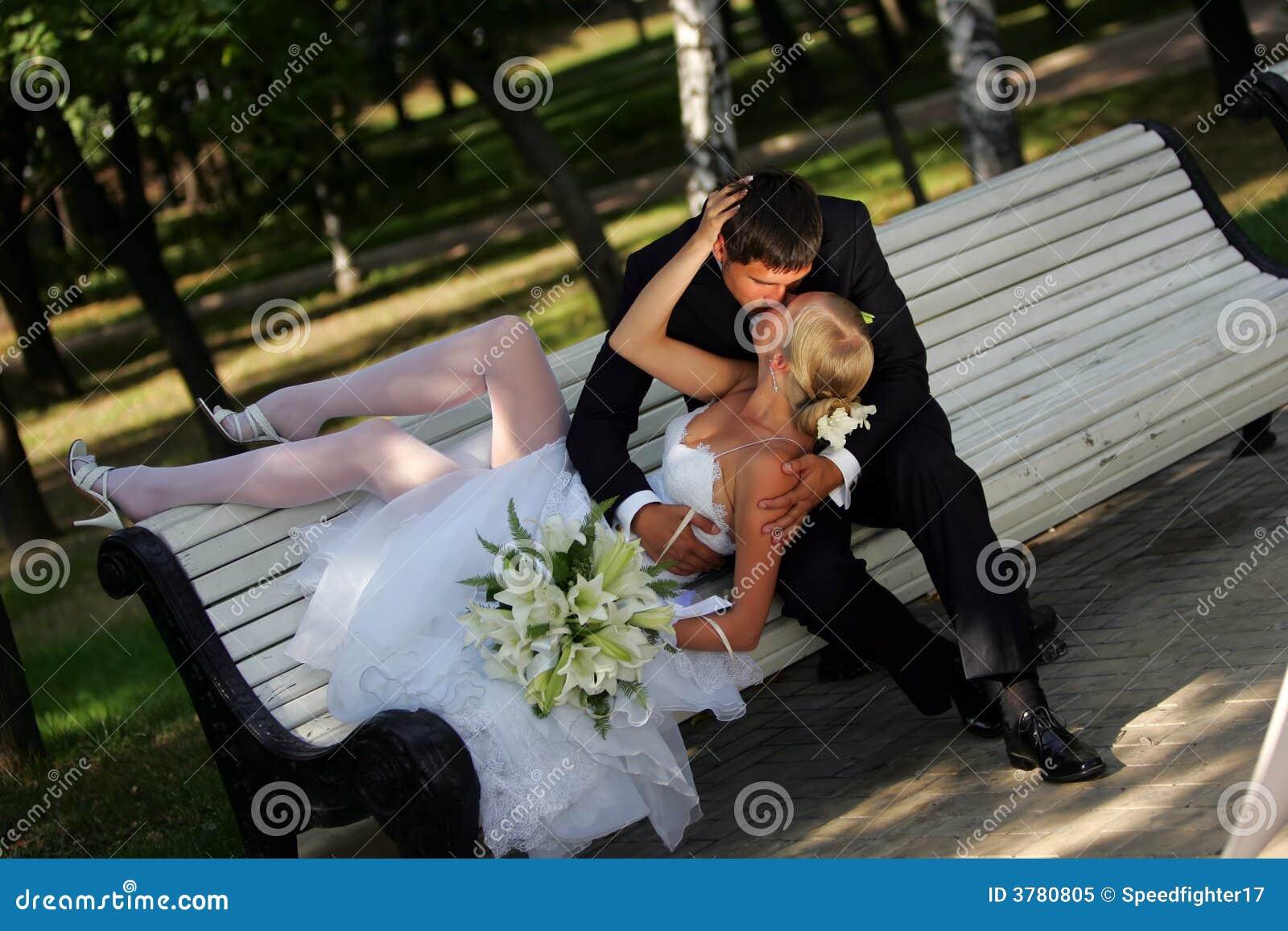 Narzeczoną pana młodego ławki parku całowania