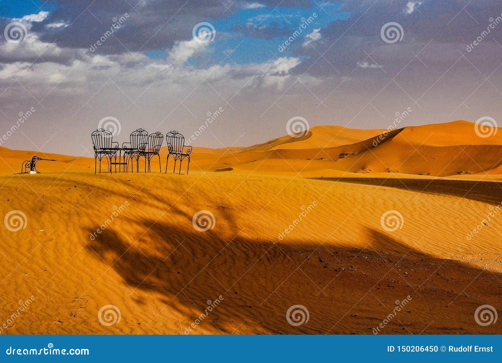 Nas dunas do ERG Chebbi perto de Merzouga em Marrocos do sudeste