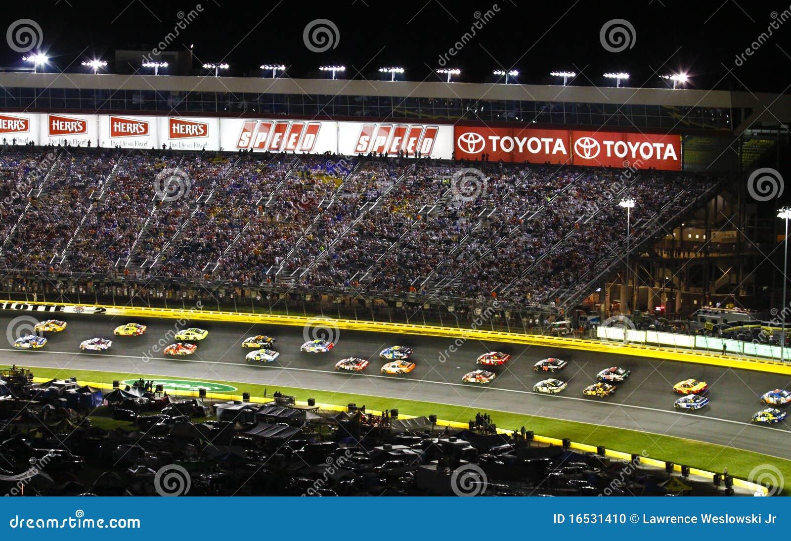 NASCAR - 2 nebeneinander der Reihe nach laufen