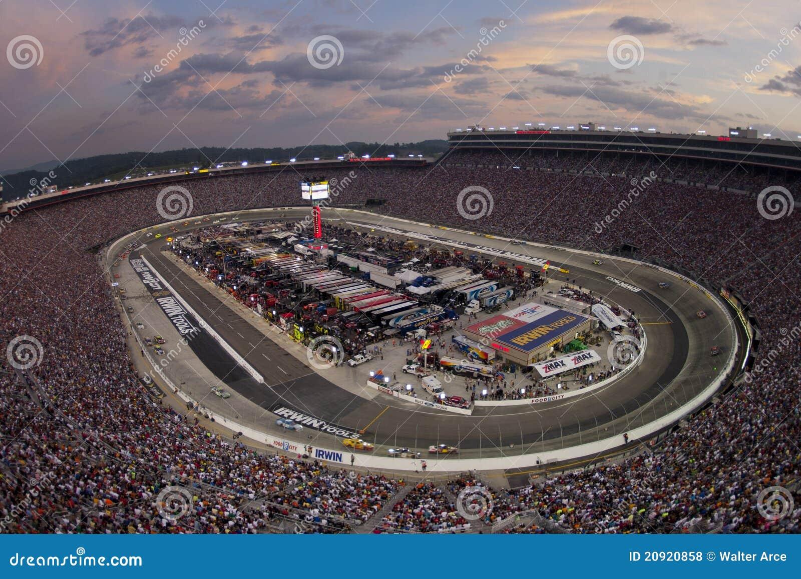 NASCAR: 27 het Ras van de Nacht van de Hulpmiddelen Irwin van augustus