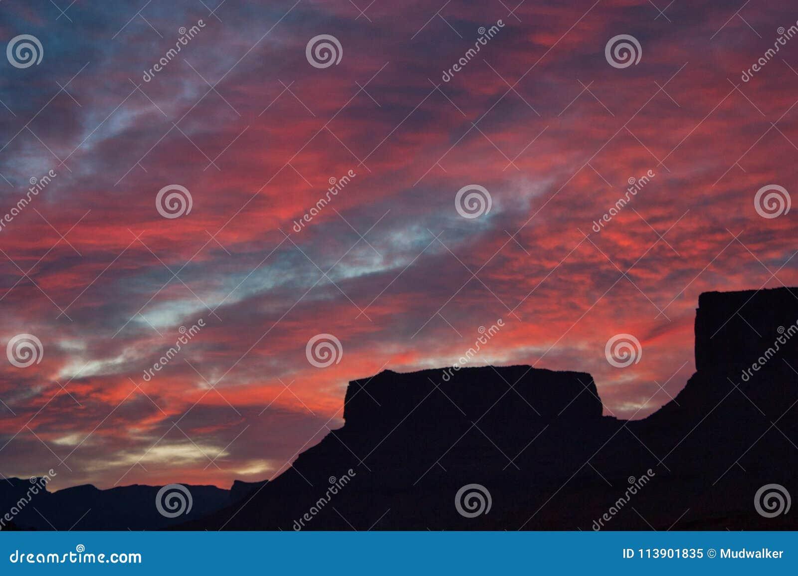 Nascer do sol do alojamento vermelho dos penhascos