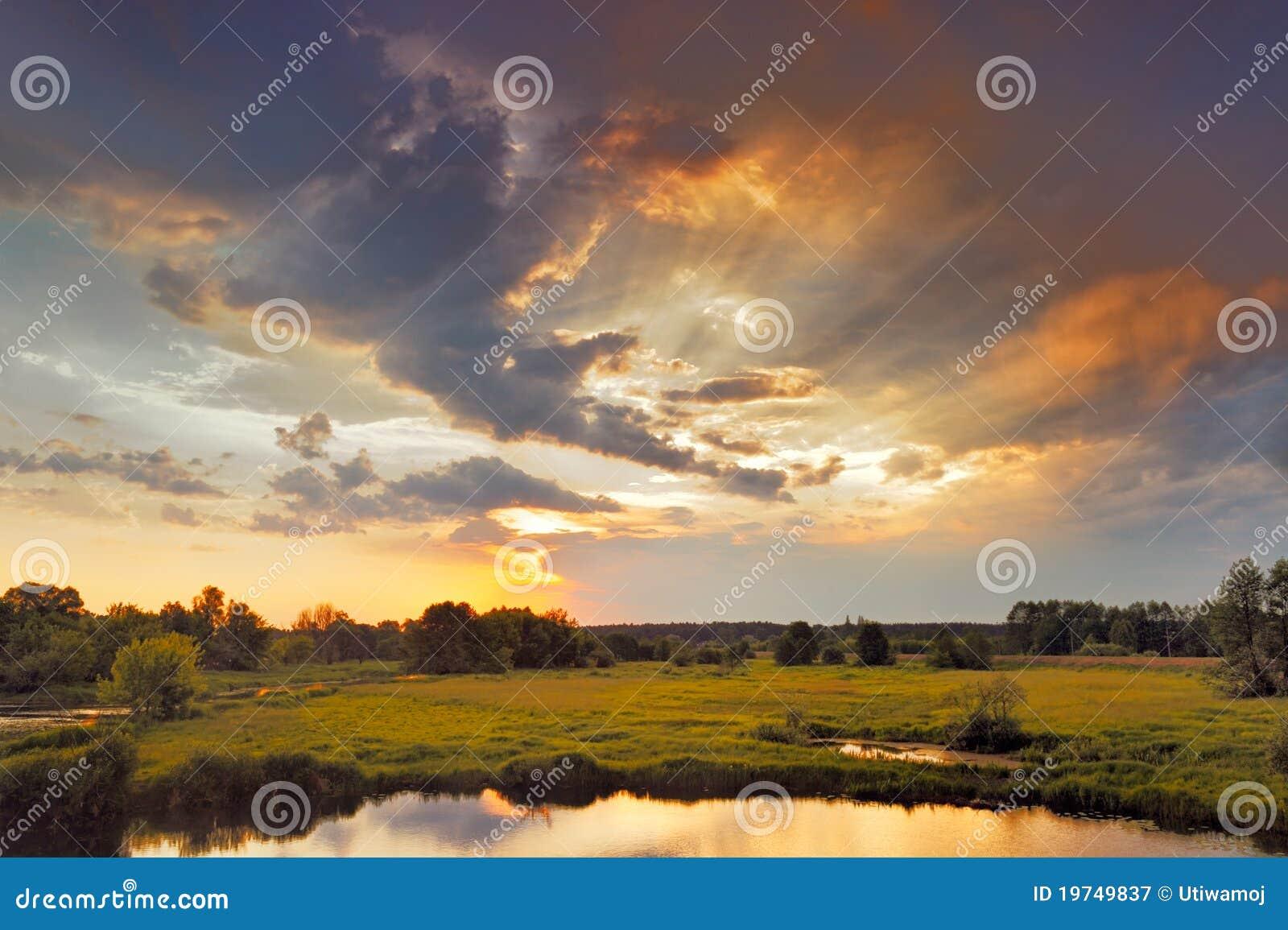 Nascer do sol bonito e nuvens dramáticas no céu.
