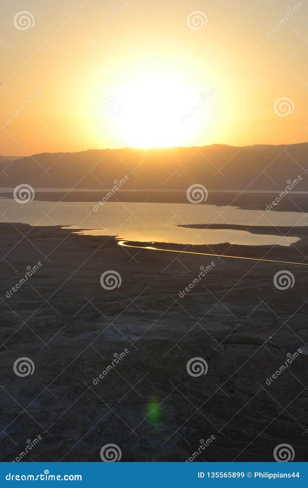 Nascer do sol bonito sobre a fortaleza de Masada Ruínas do palácio do rei Herod no deserto de Judean, Israel