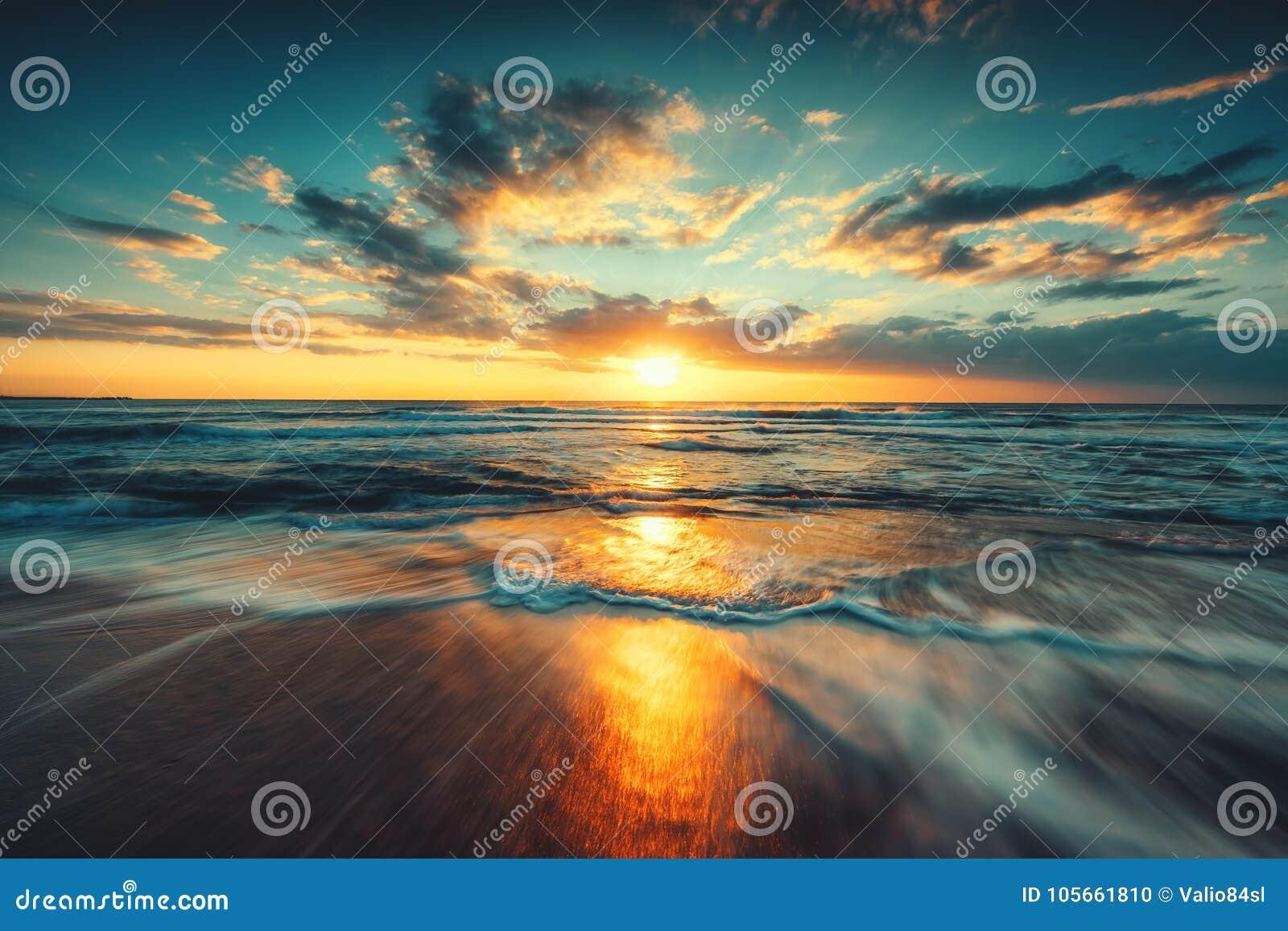 Nascer do sol bonito sobre o mar