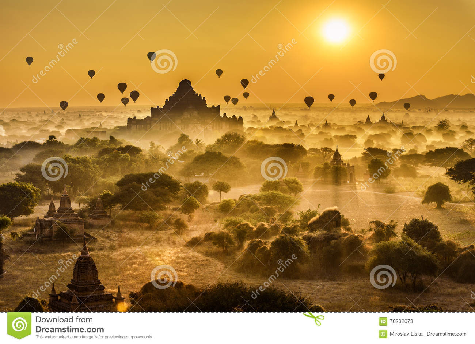 Nascer do sol cênico acima de Bagan em Myanmar