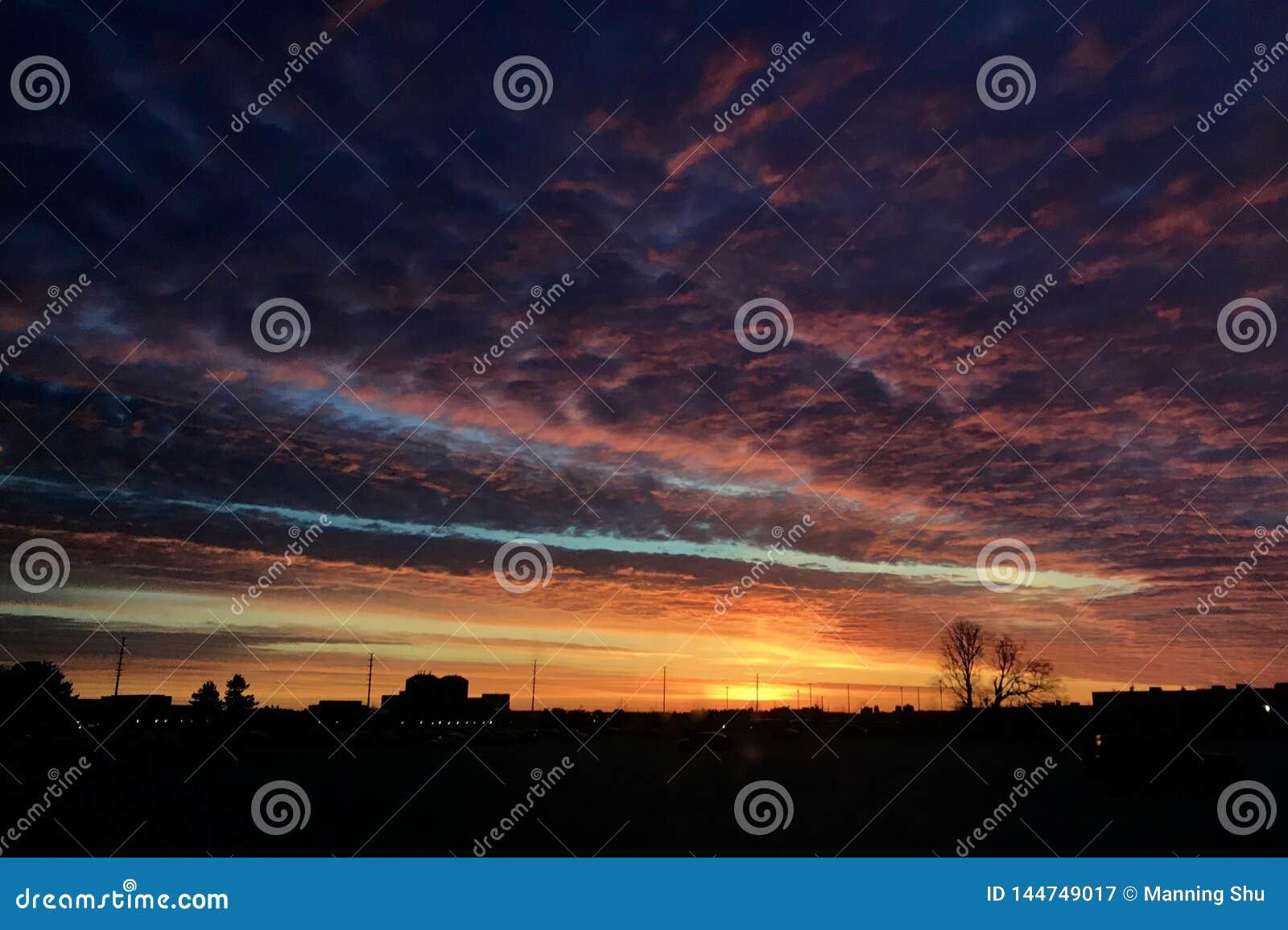 Nascer do sol colorido do amanhecer com céu nebuloso