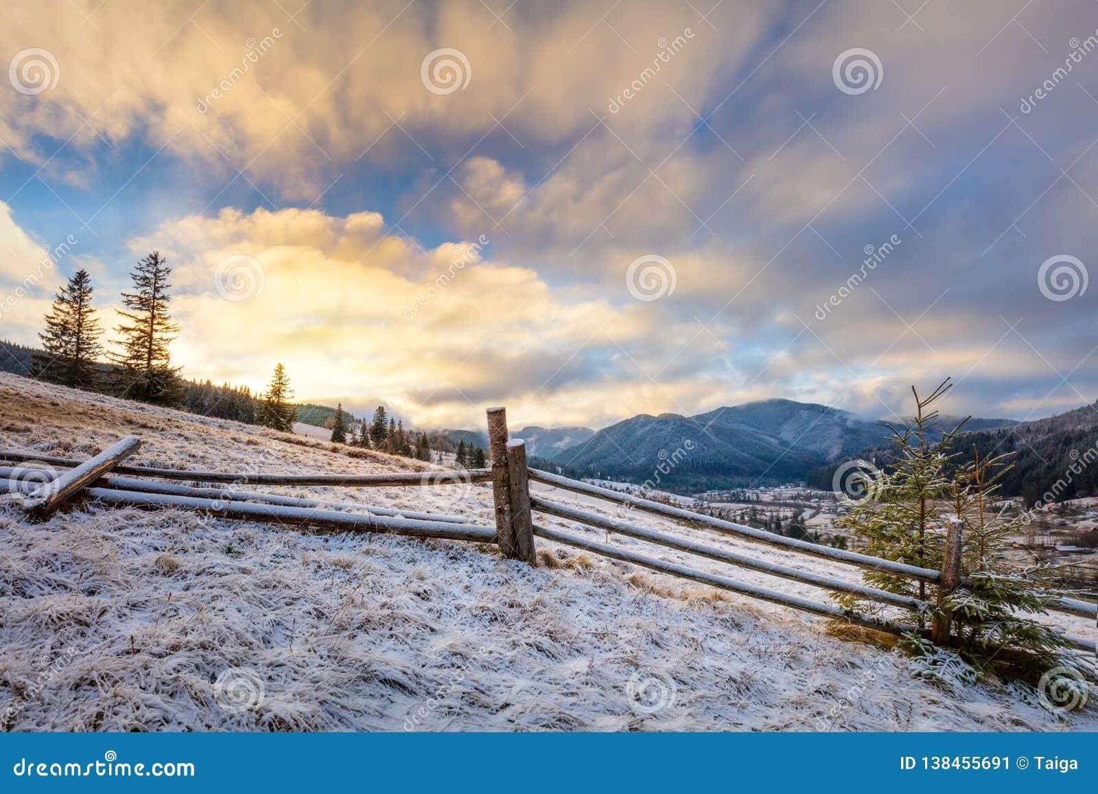 Nascer do sol colorido - manhã do inverno em montanhas nevados Paisagem