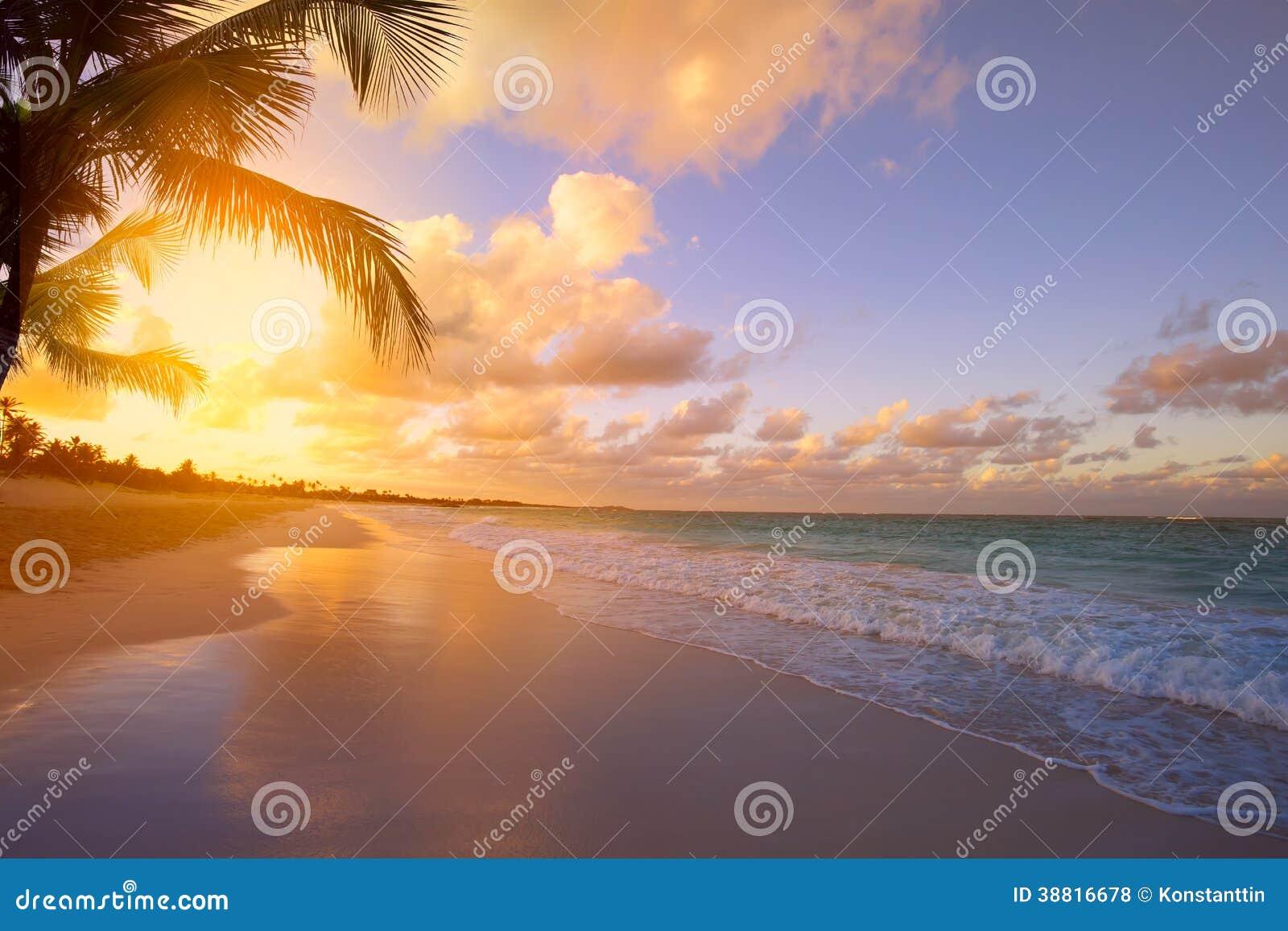 Nascer do sol de Art Beautiful sobre a praia tropical
