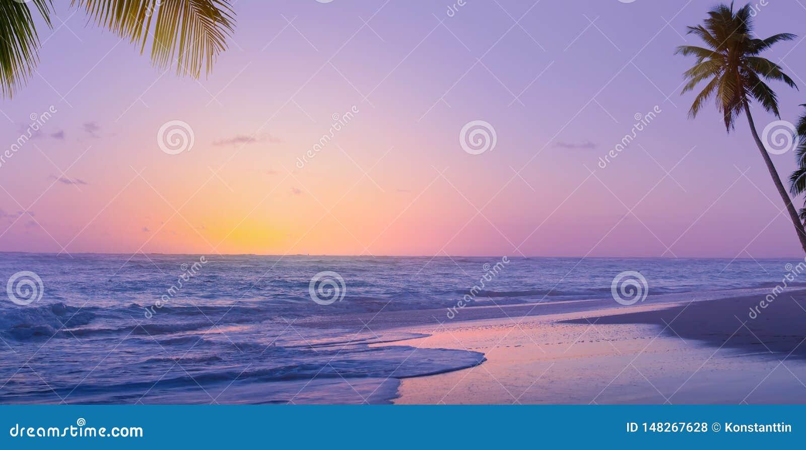 Nascer do sol de Art Beautiful sobre a praia tropical; f?rias de ver?o do para?so