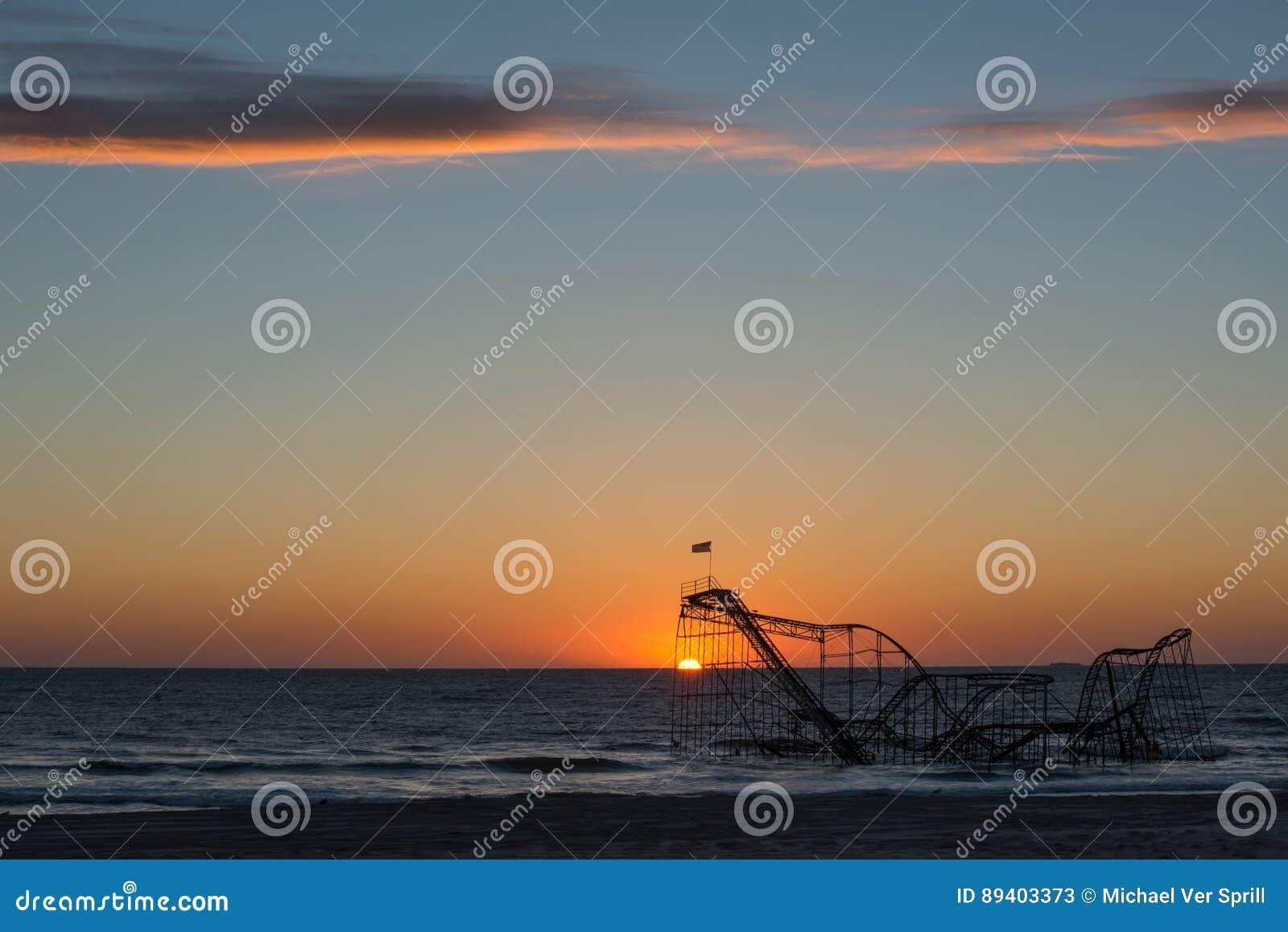 Nascer do sol de Jet Roller Coaster da estrela no oceano