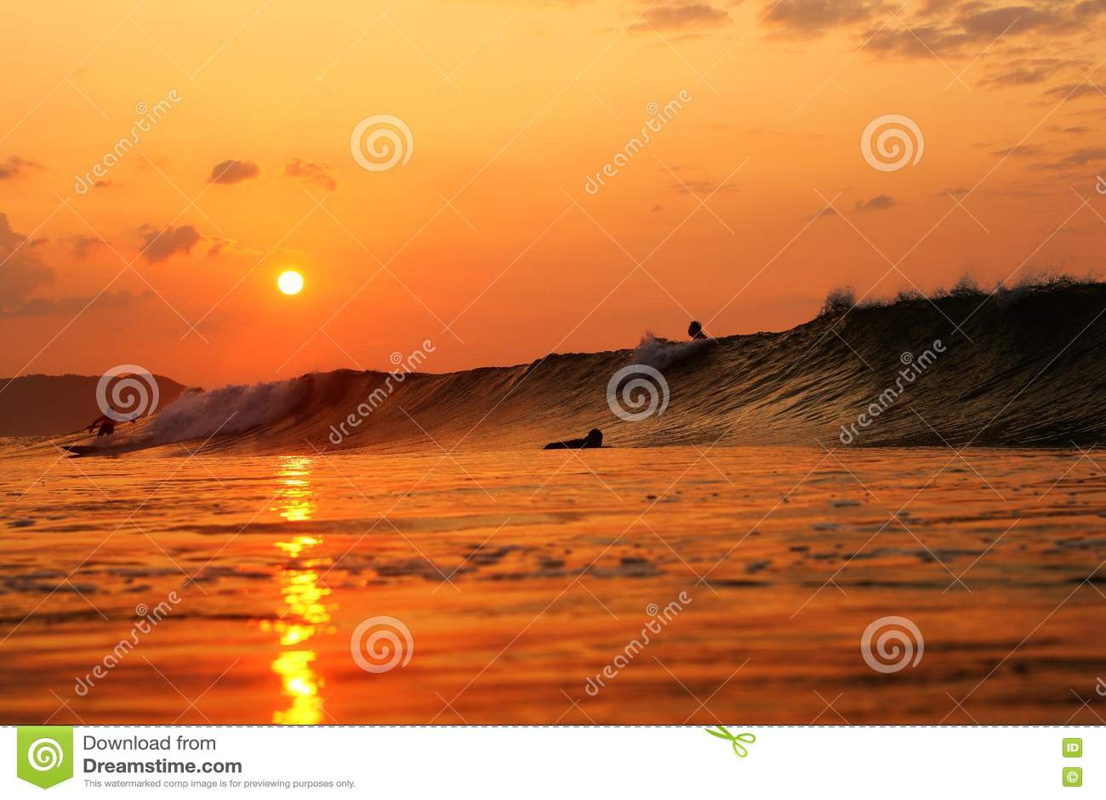 Nascer do sol dos surfistas no Oceano Pacífico Japão