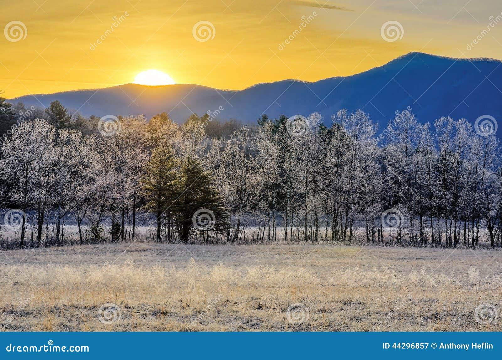 Nascer do sol e geada, angra de Cades, montanhas fumarentos