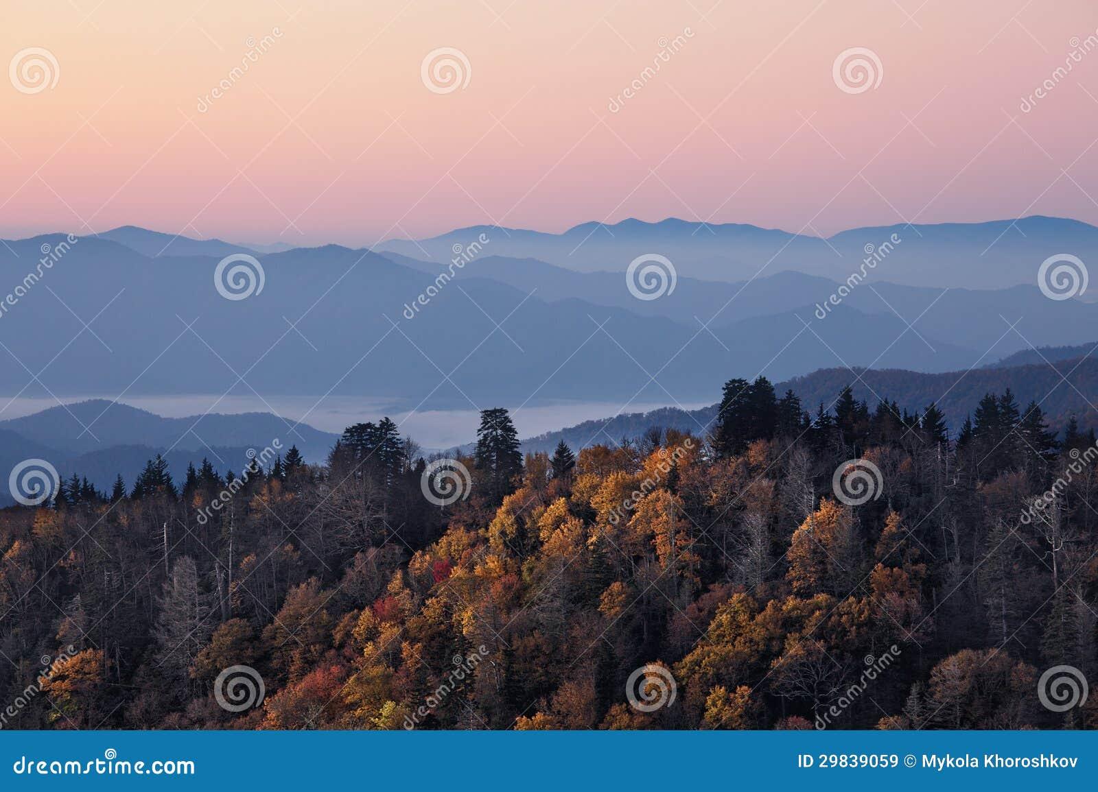 Nascer do sol em montanhas fumarentos