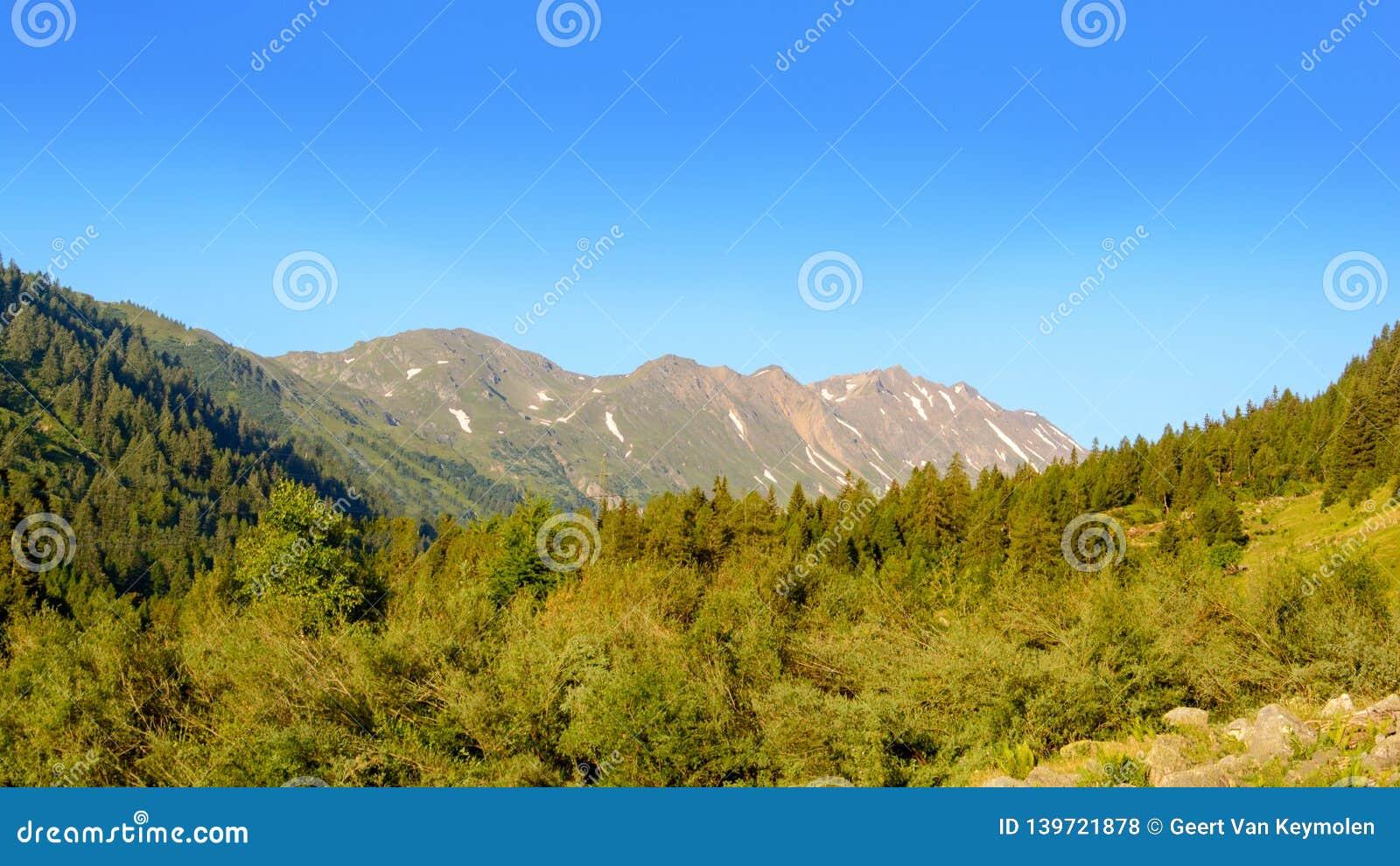 Nascer do sol em Ticino nas montanhas suíças
