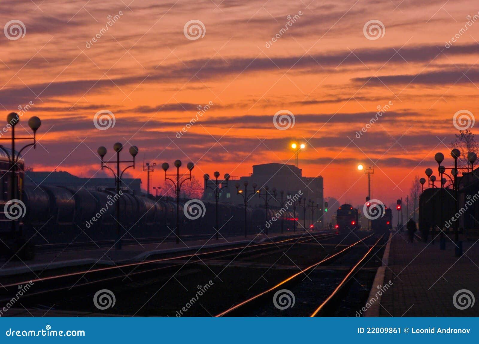 Nascer do sol em uma estação de comboio