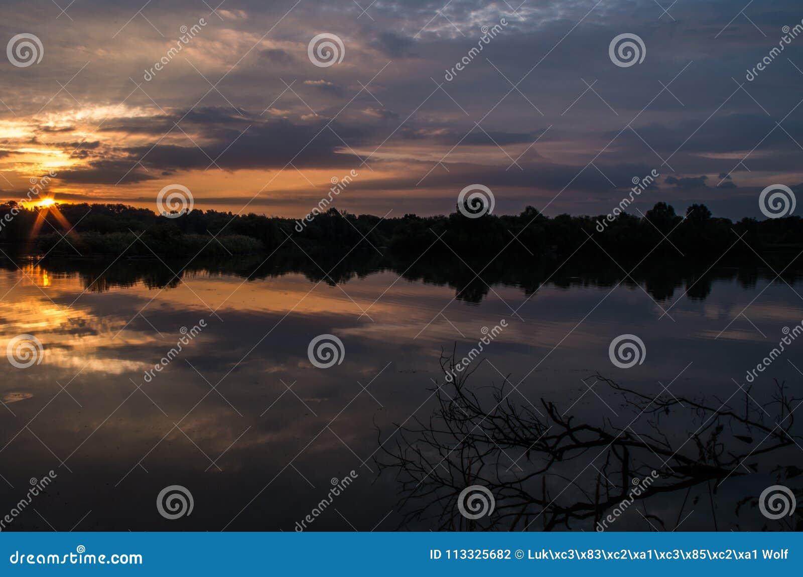 Nascer do sol em uma lagoa