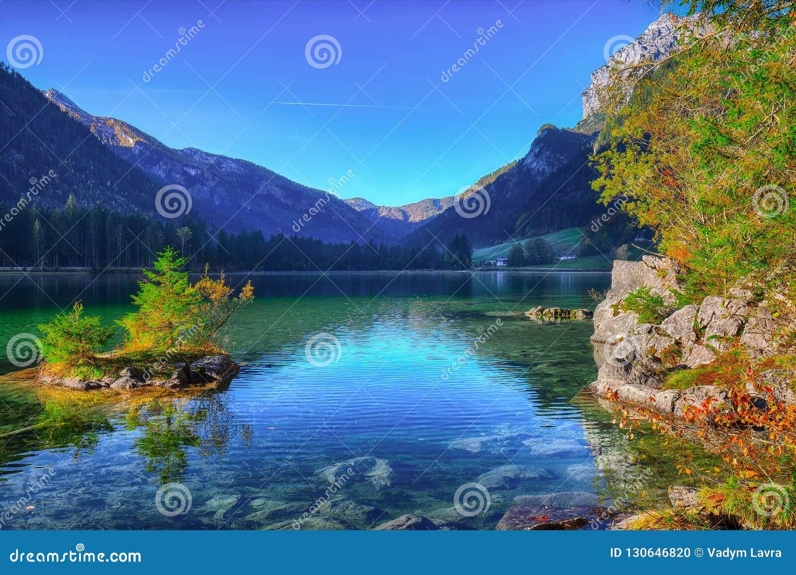 Nascer do sol fantástico do outono do lago Hintersee Cena bonita de t