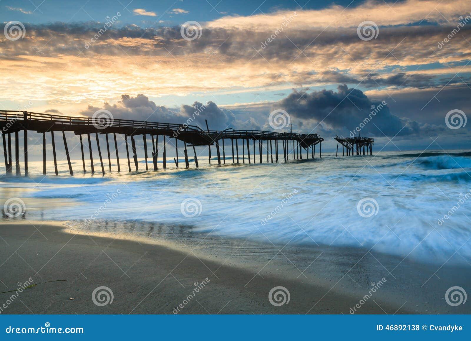 Nascer do sol Frisco Pier North Carolina Hatteras do oceano