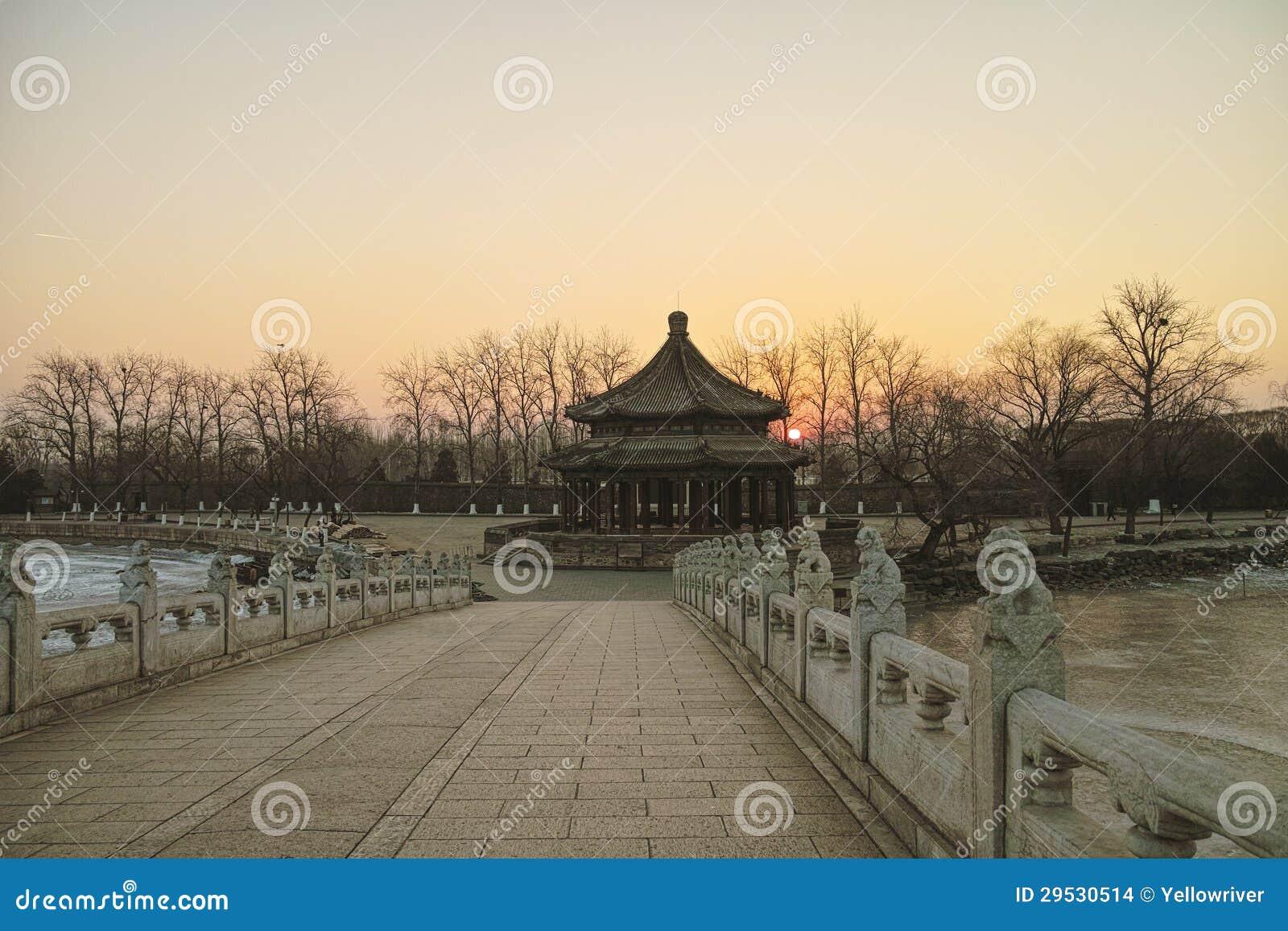 Nascer do sol na ponte de dezessete furos no palácio de verão