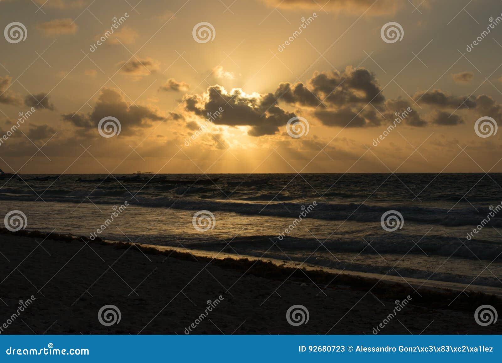 Nascer do sol na praia de Tulum