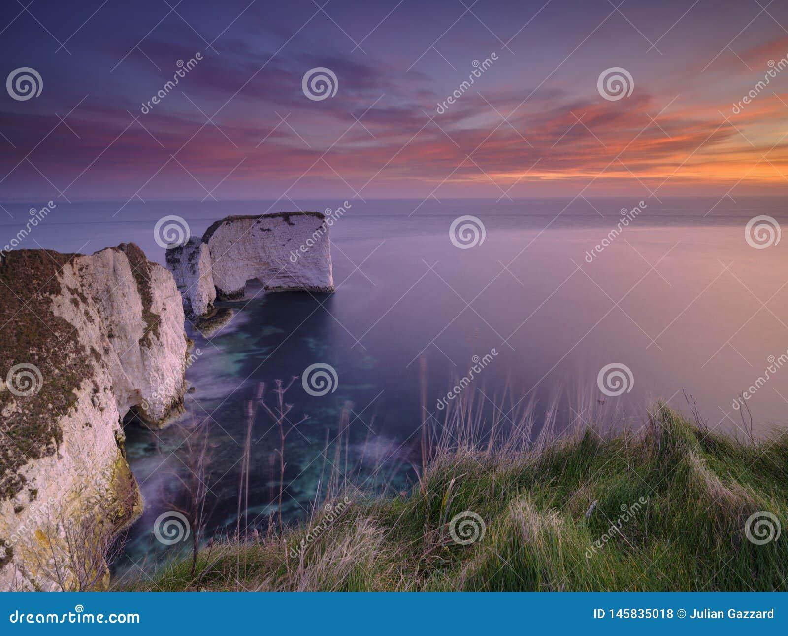 Nascer do sol nas rochas de Harry idoso, Studland, Dorset, Reino Unido