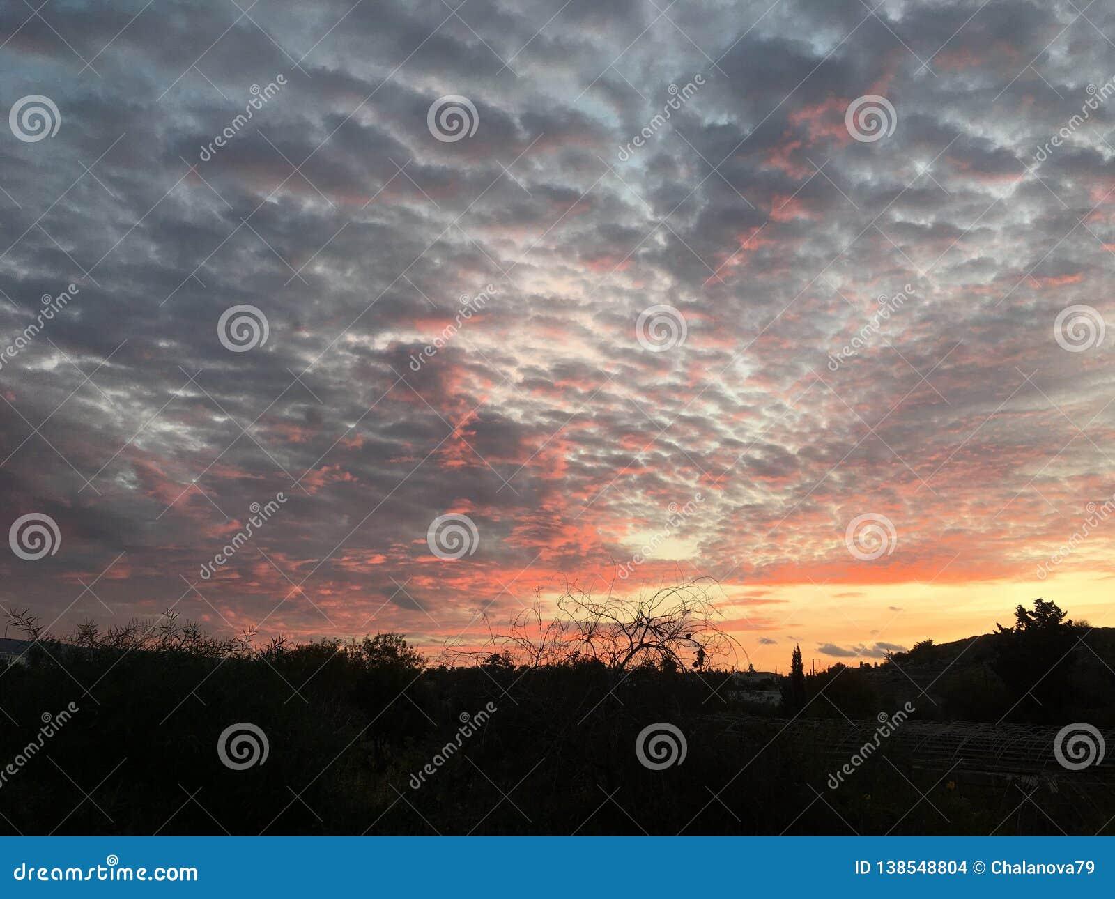 Nascer do sol natural do por do sol sobre a vila Céu dramático brilhante e terra escura Paisagem do campo sob o céu colorido cêni