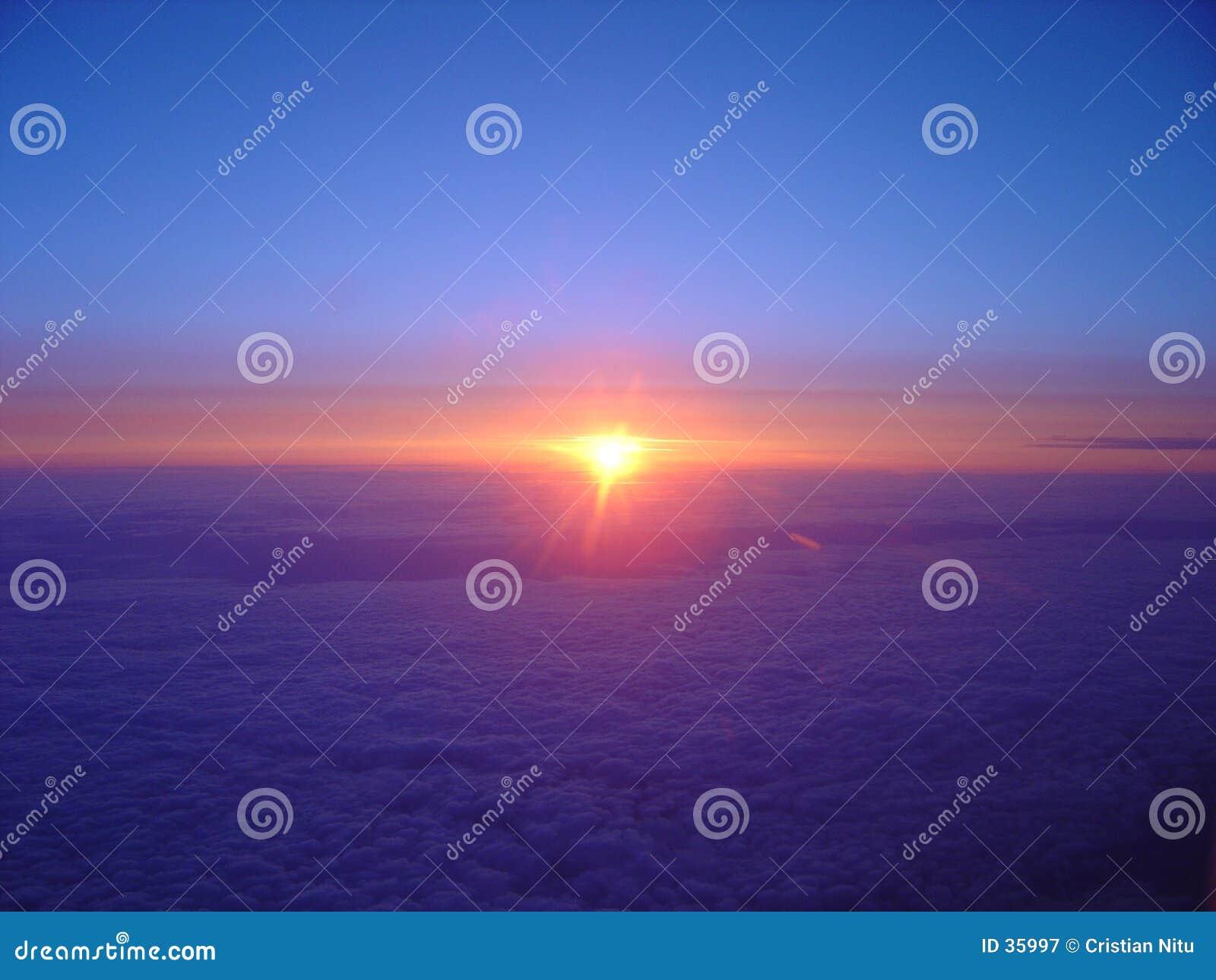 Nascer do sol nebuloso do vôo