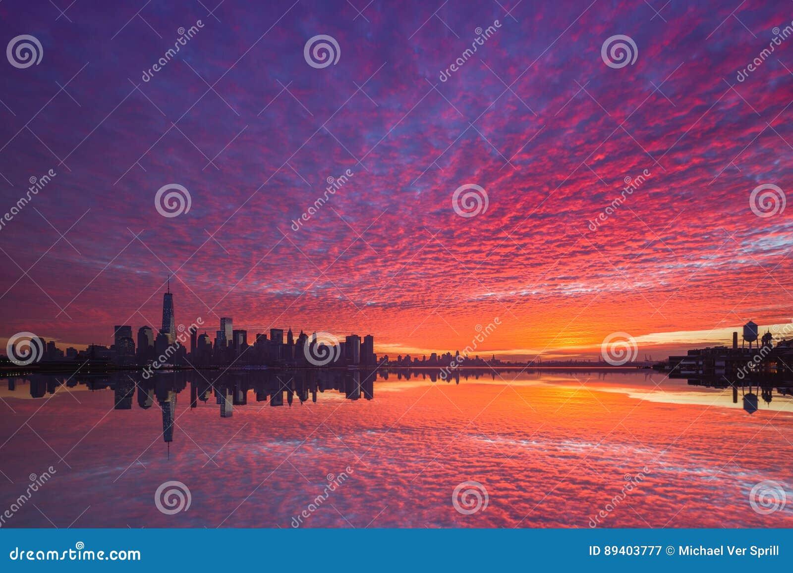 Nascer do sol nebuloso vibrante de Manhattan