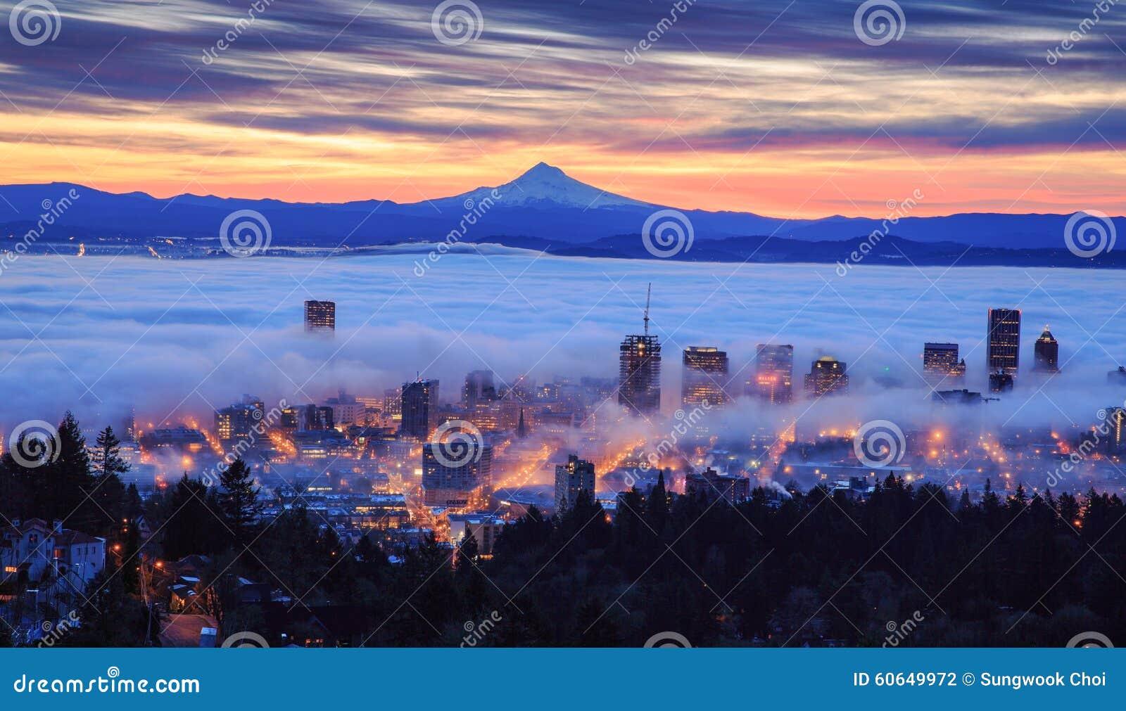 Nascer do sol nevoento de Portland