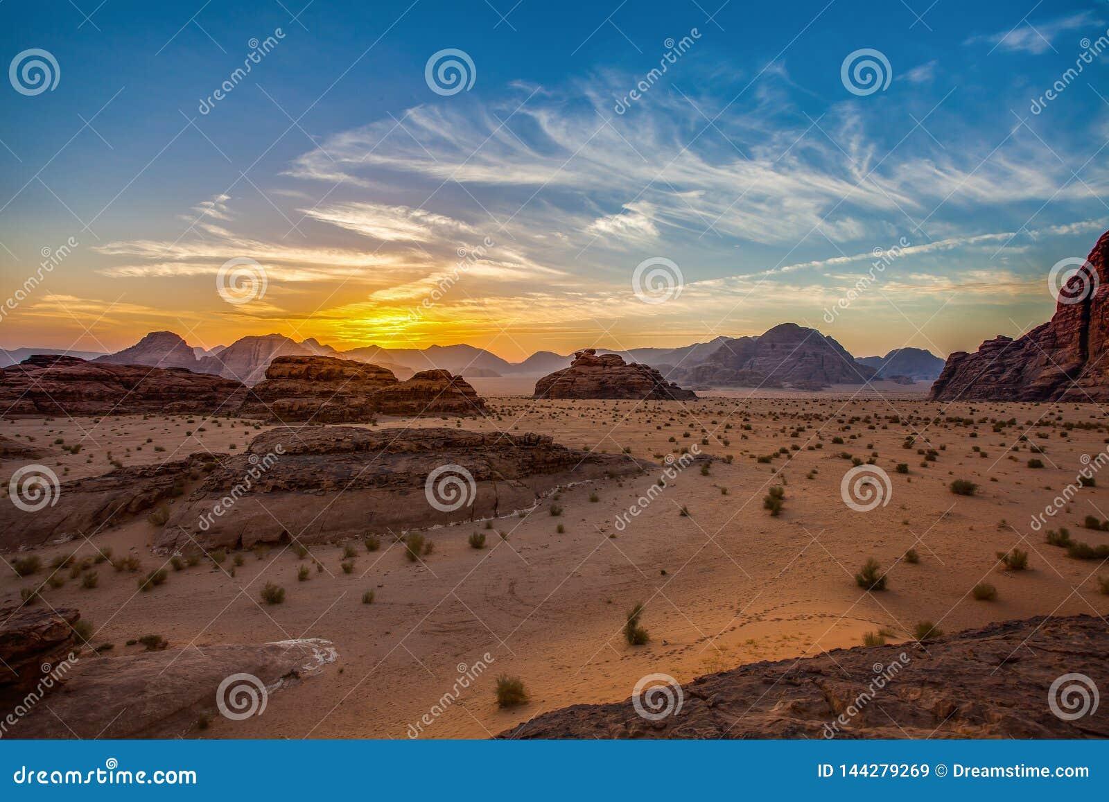 Nascer do sol no deserto de Wadi Rum