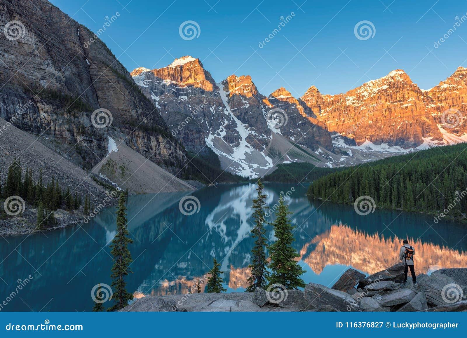Nascer do sol no lago moraine em Canadá