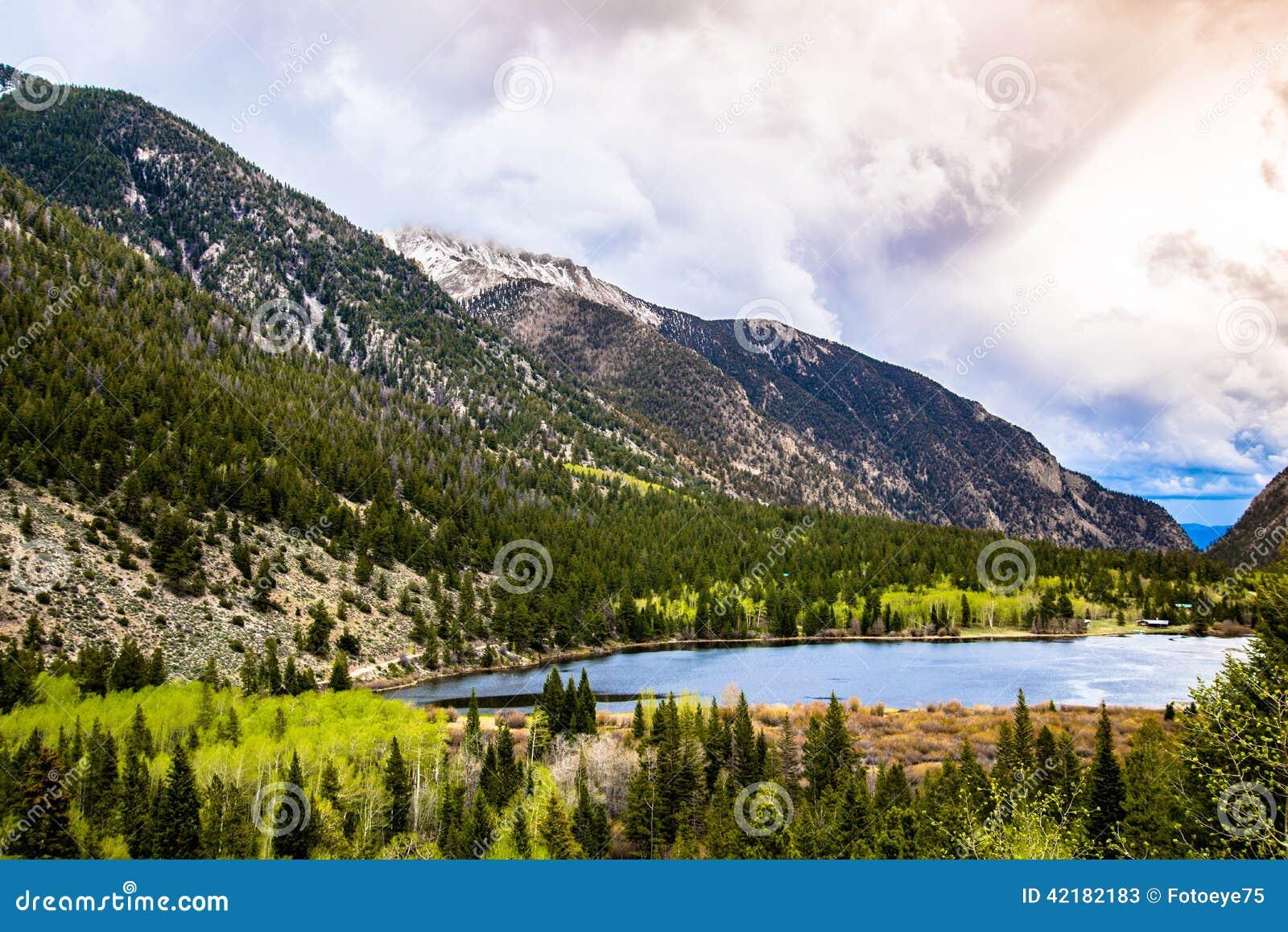Nascer do sol no lago mountain em Colorado