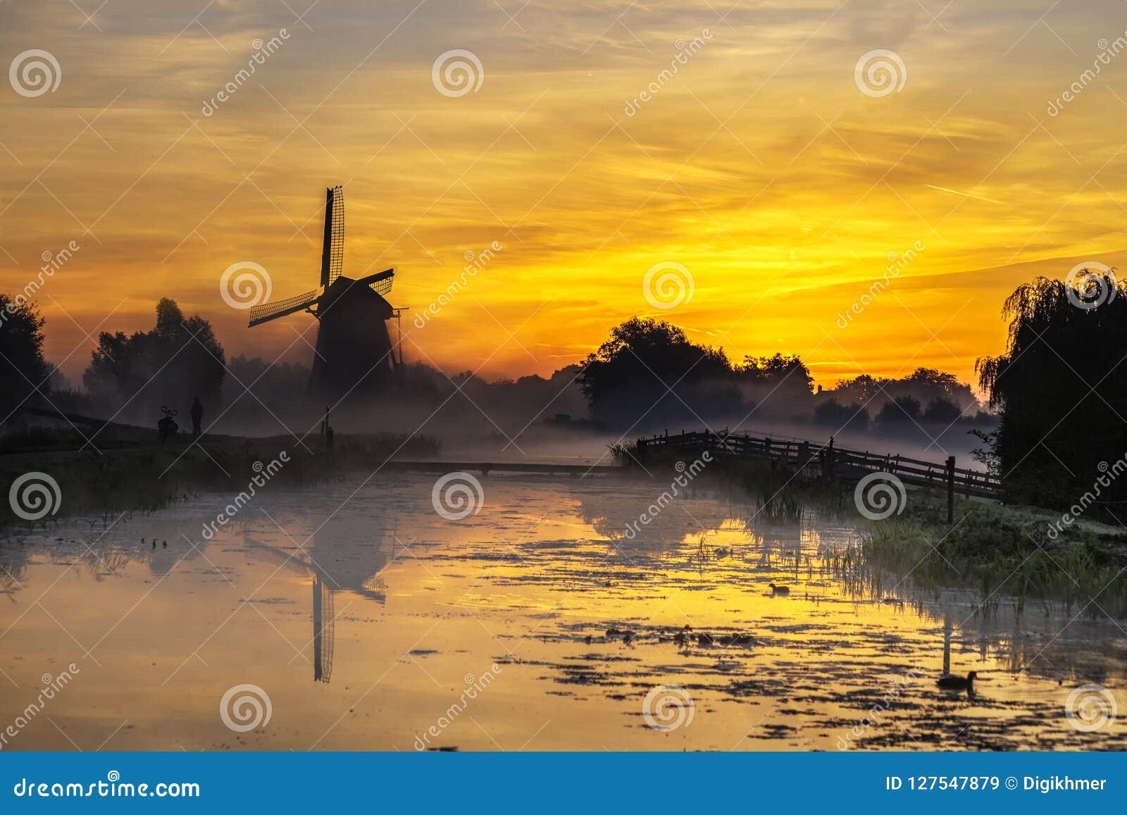 Nascer do sol no moinho de vento holandês