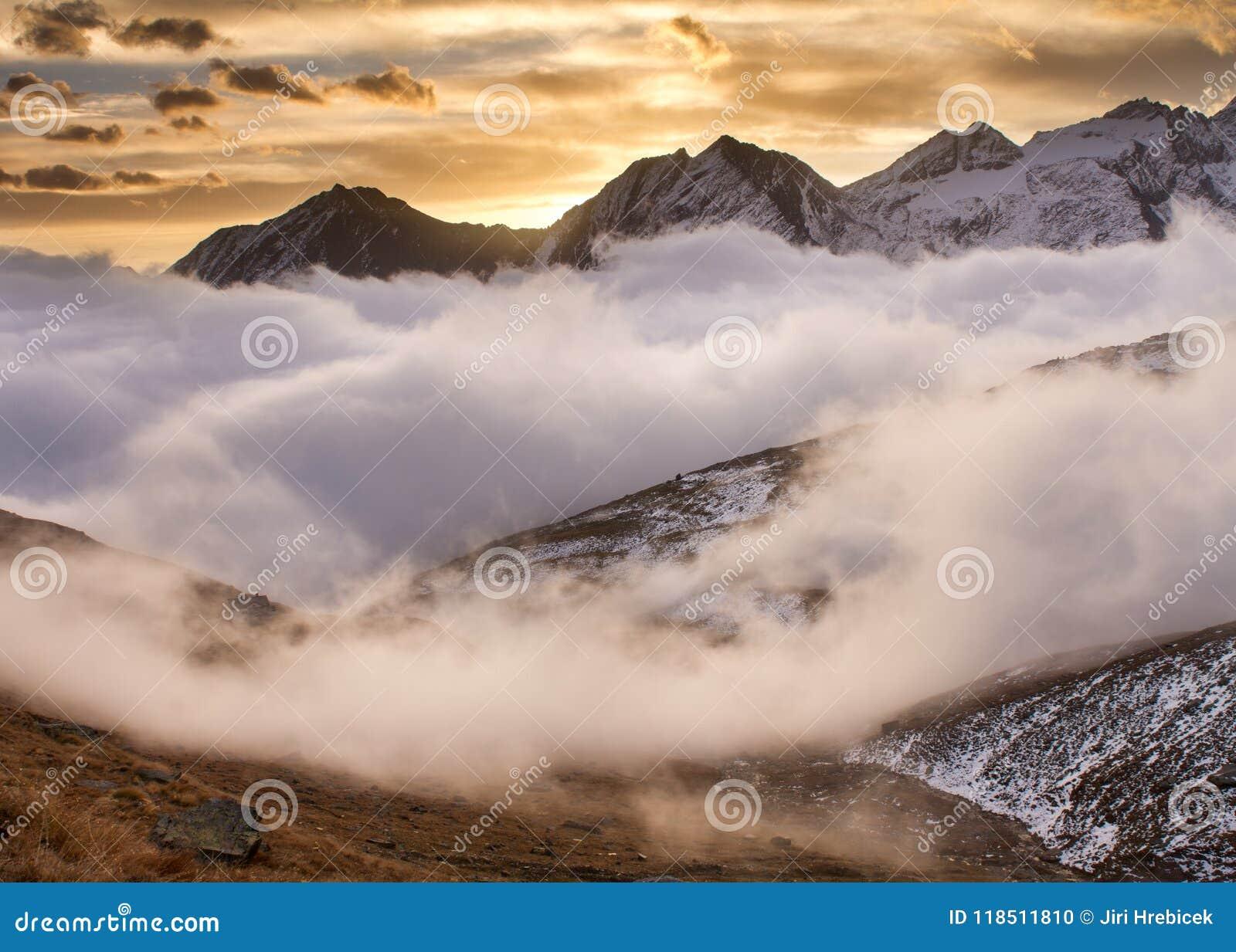 Nascer do sol no parque nacional Itália de Gran Paradiso