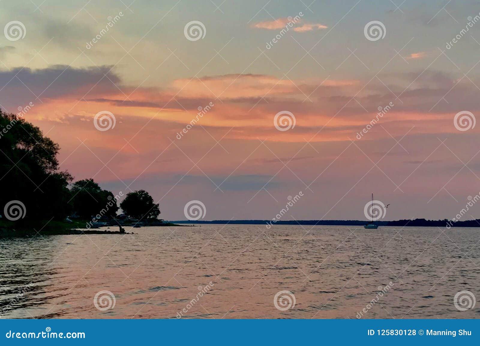 Nascer do sol pastel no lago