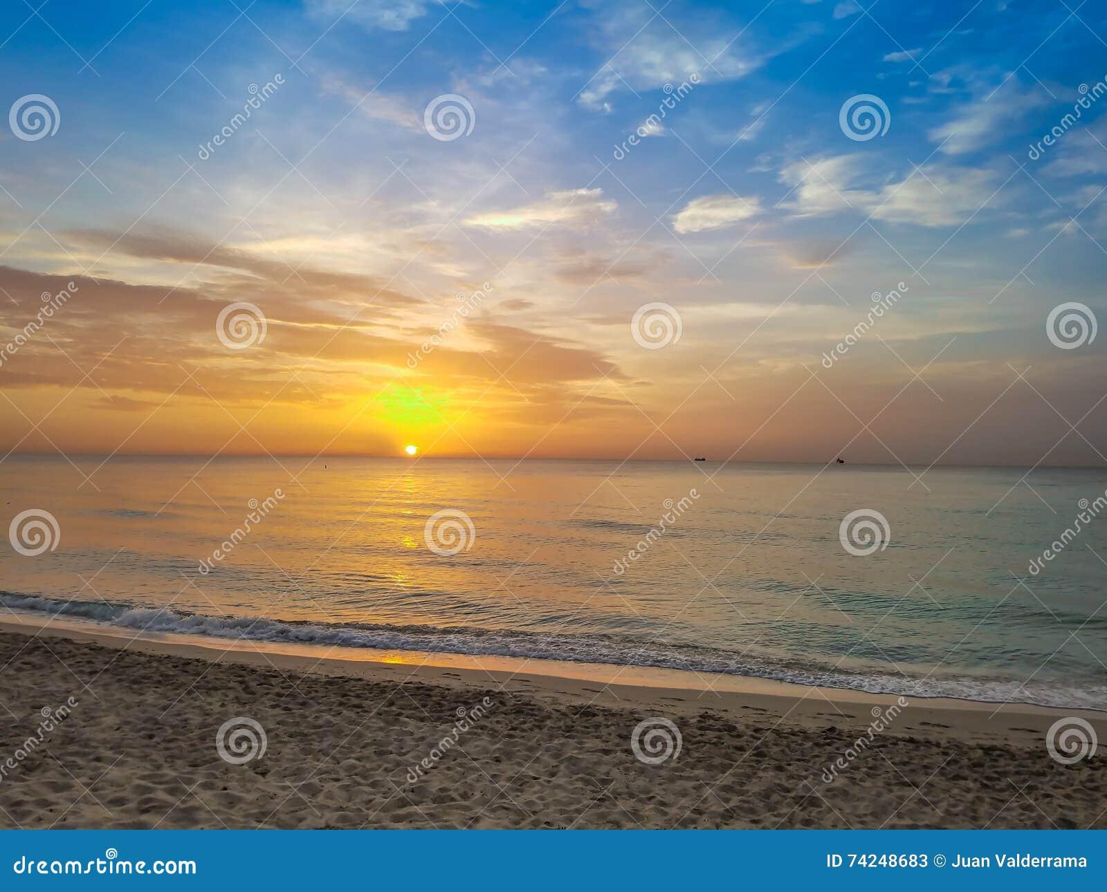 Nascer do sol, por do sol, areia, verão, oceano & céu da praia