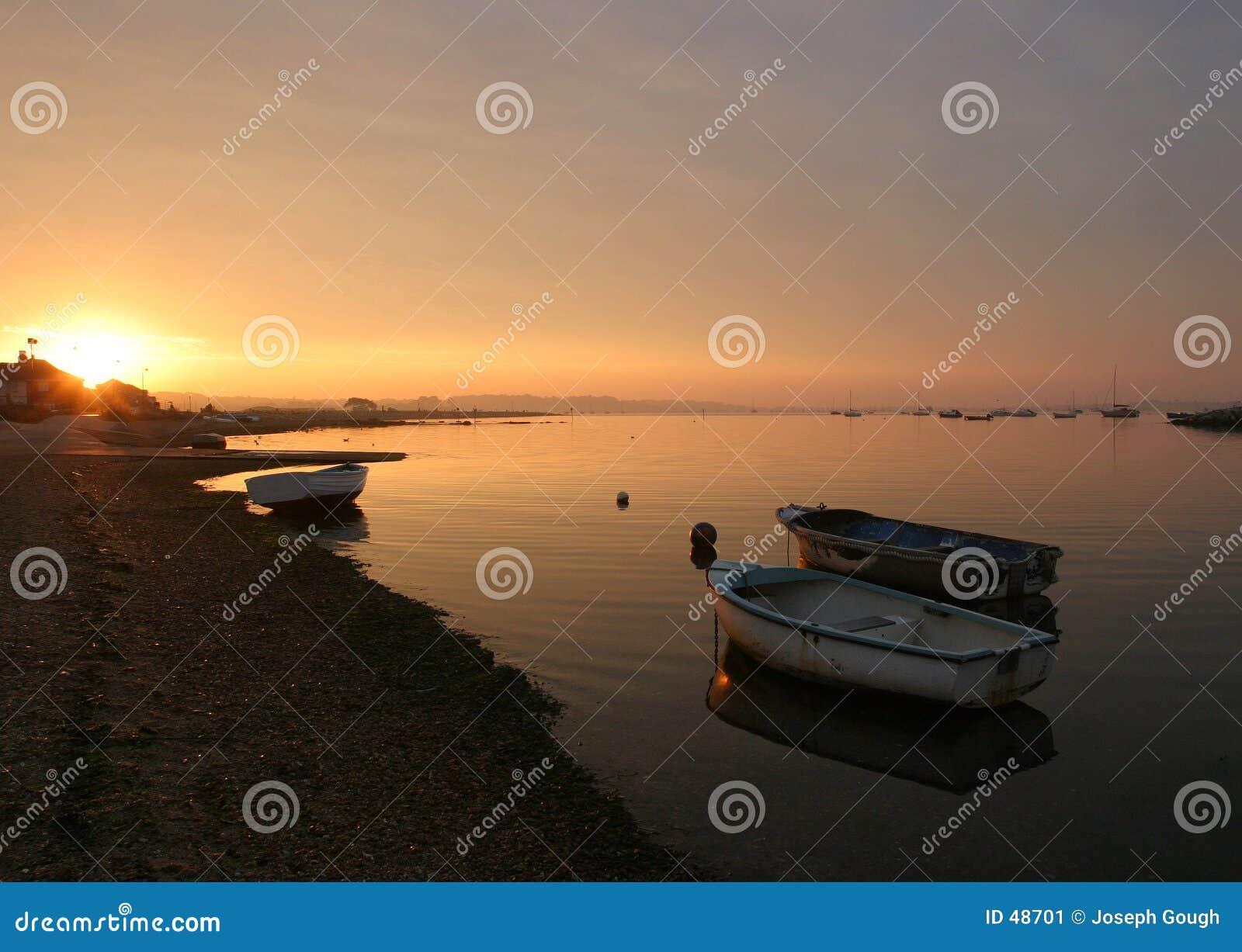 Nascer do sol, porto de Poole.