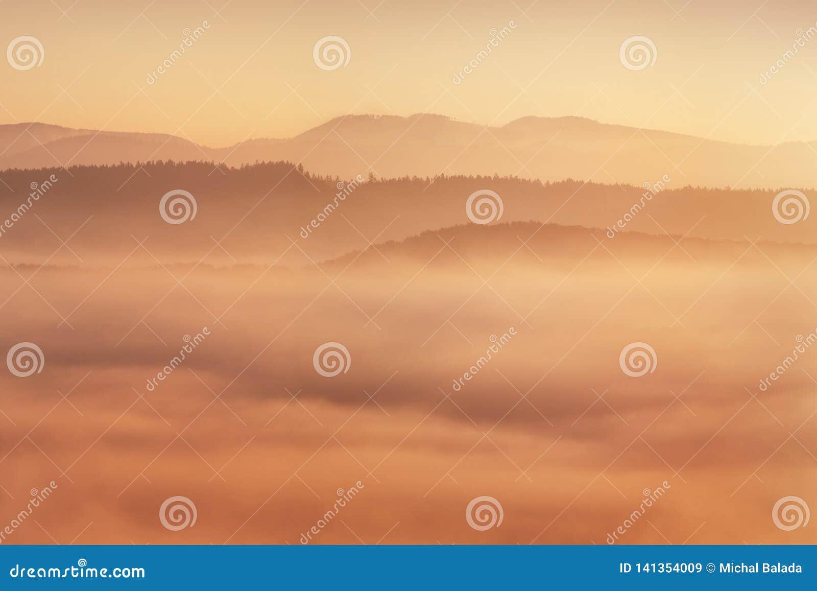 Nascer do sol sobre Misty Landscape Vista cênico do céu nevoento da manhã com aumentação Sun acima de Misty Forest Middle Summer