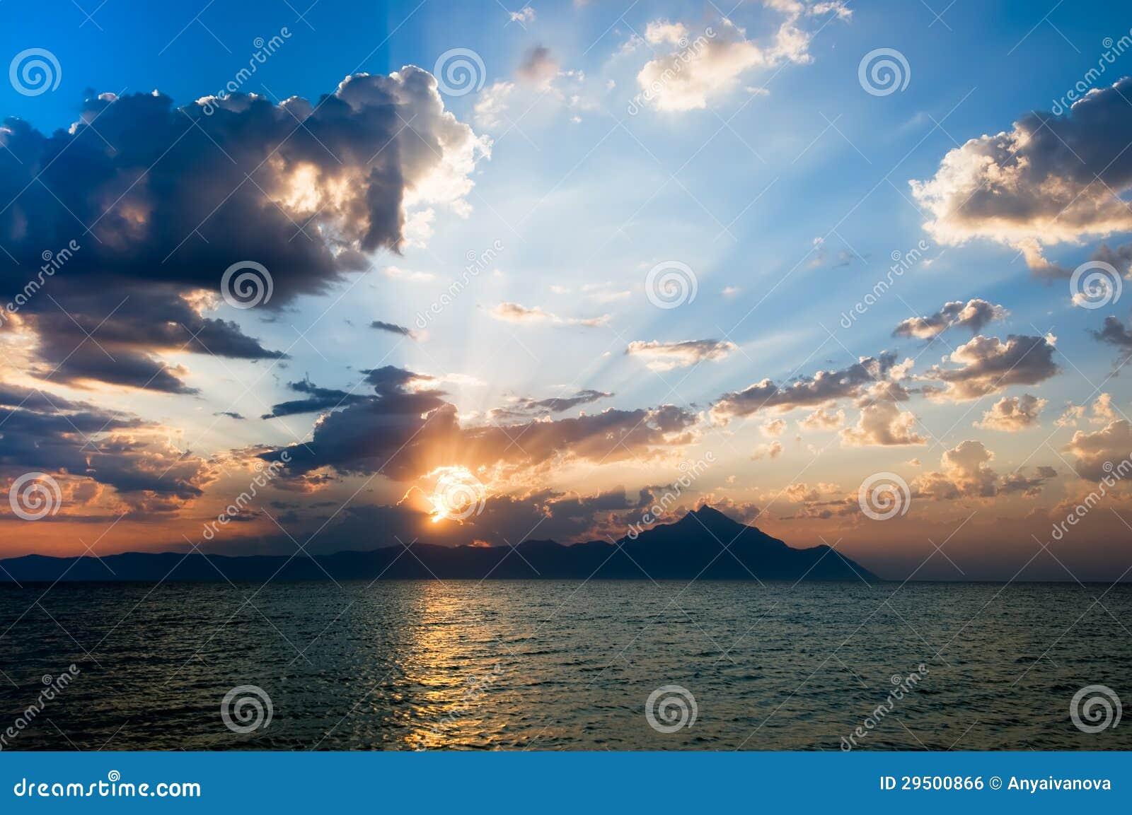 Nascer do sol sobre a montanha de Athos em Greece