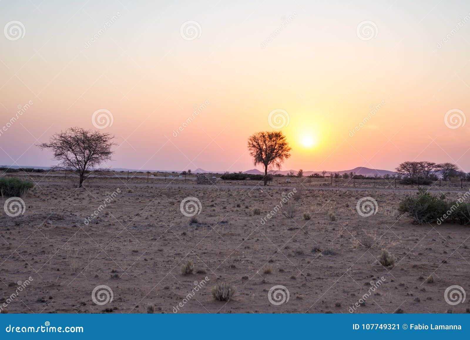 Nascer do sol sobre o deserto de Namib, roadtrip no parque nacional maravilhoso de Namib Naukluft, destino do curso em Namíbia, Á