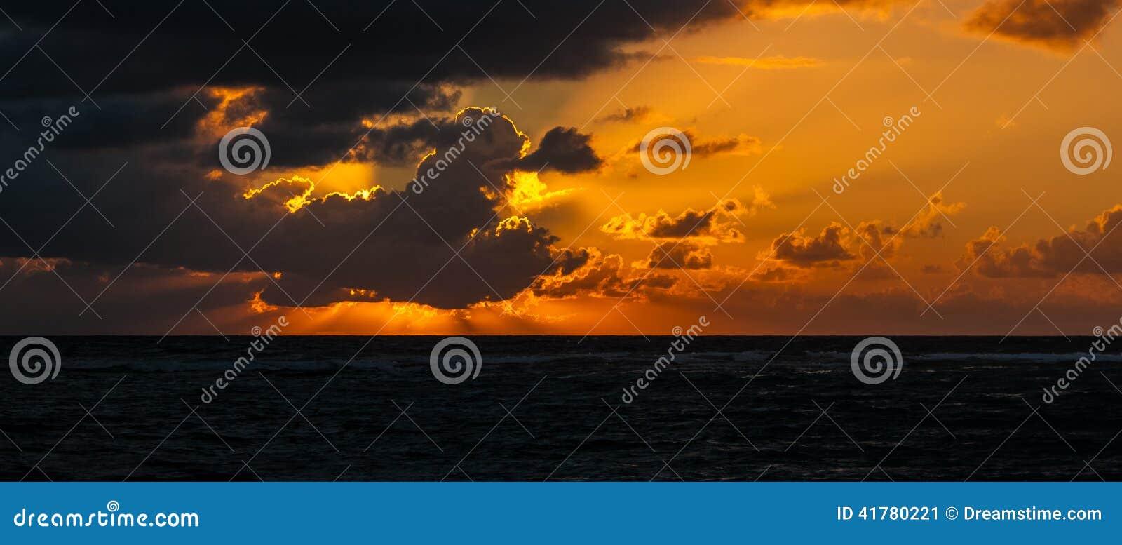 Nascer do sol sobre o mar das caraíbas - México