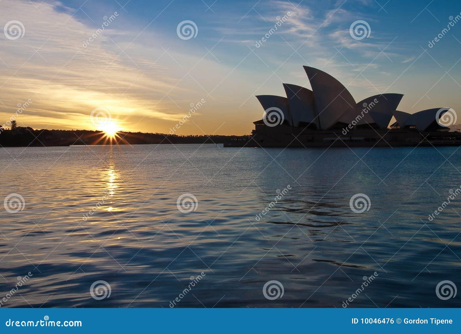 Nascer do sol sobre o teatro da ópera de Sydney, Austrália.