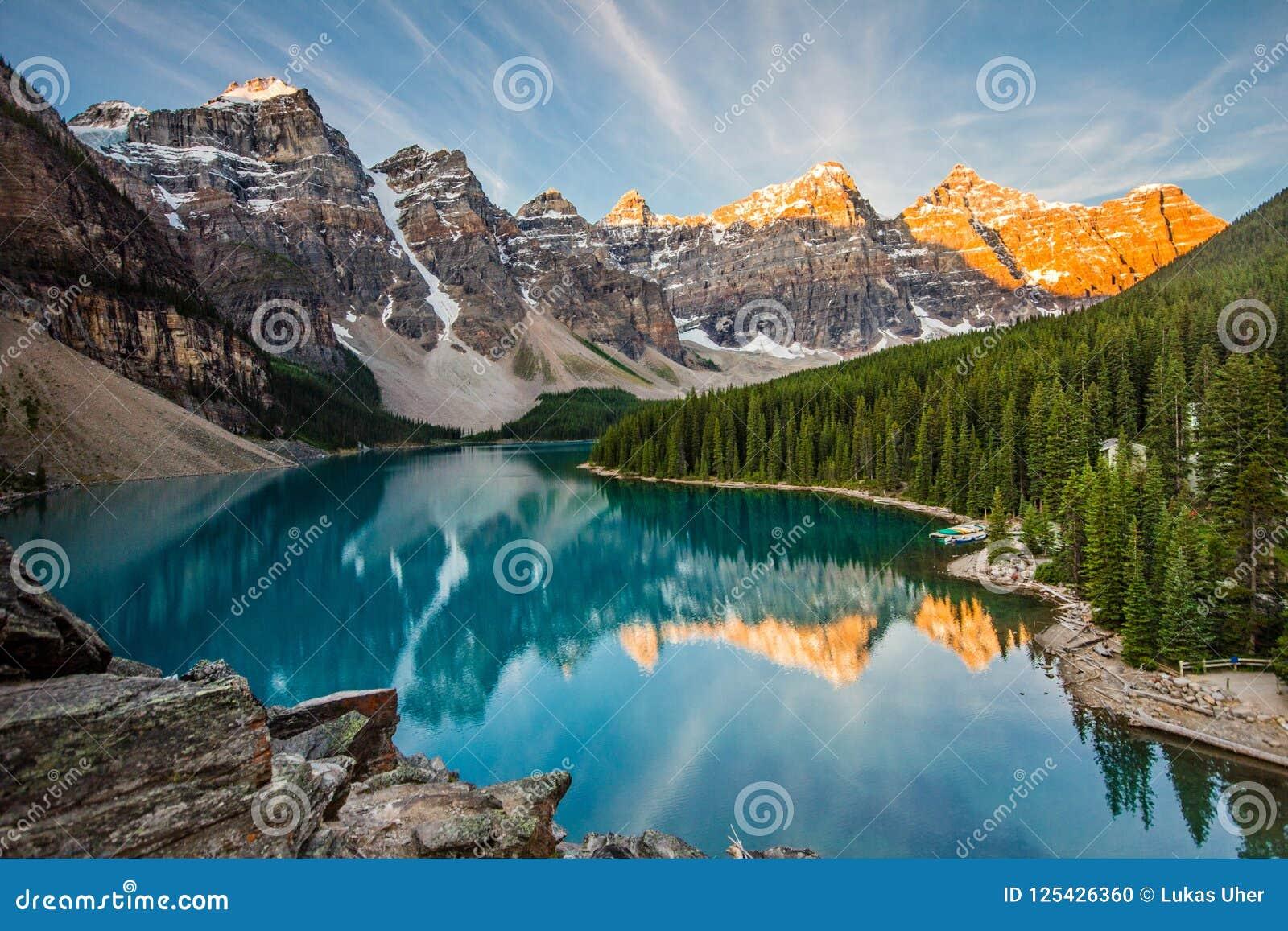 Nascer do sol sobre parque nacional do lago moraine, Banff, Alberta