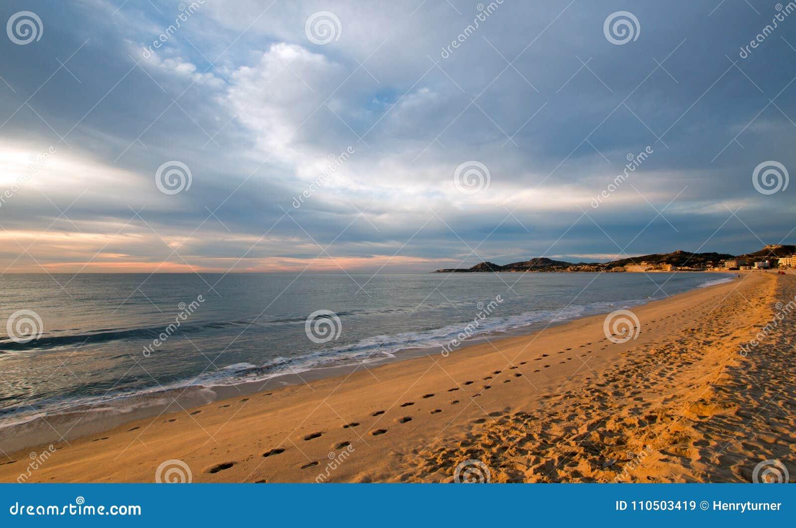 Nascer do sol sobre a praia em San Jose Del Cabo em Baja California México