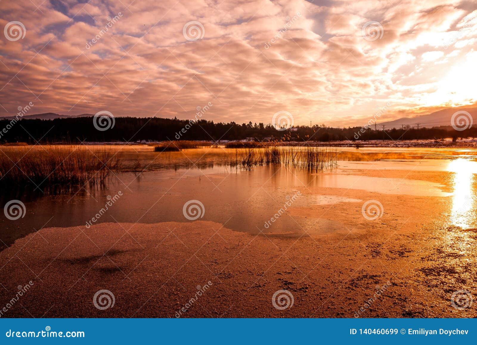 Nascer do sol sobre uma represa