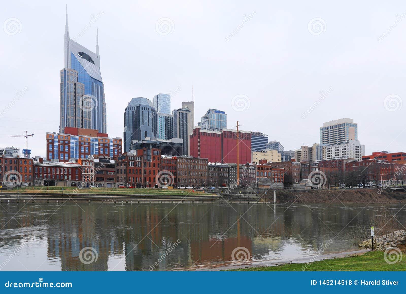 Nashville, Tennessee śródmieście z Cumberland rzeką
