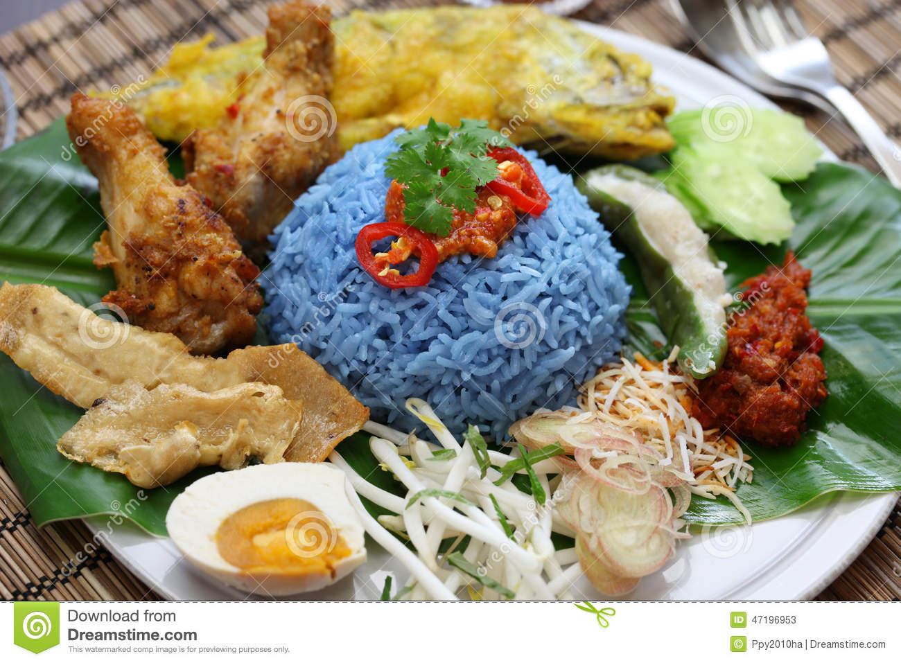 Nasi kerabu blue color rice salad malaysian cuisine for Authentic malaysian cuisine